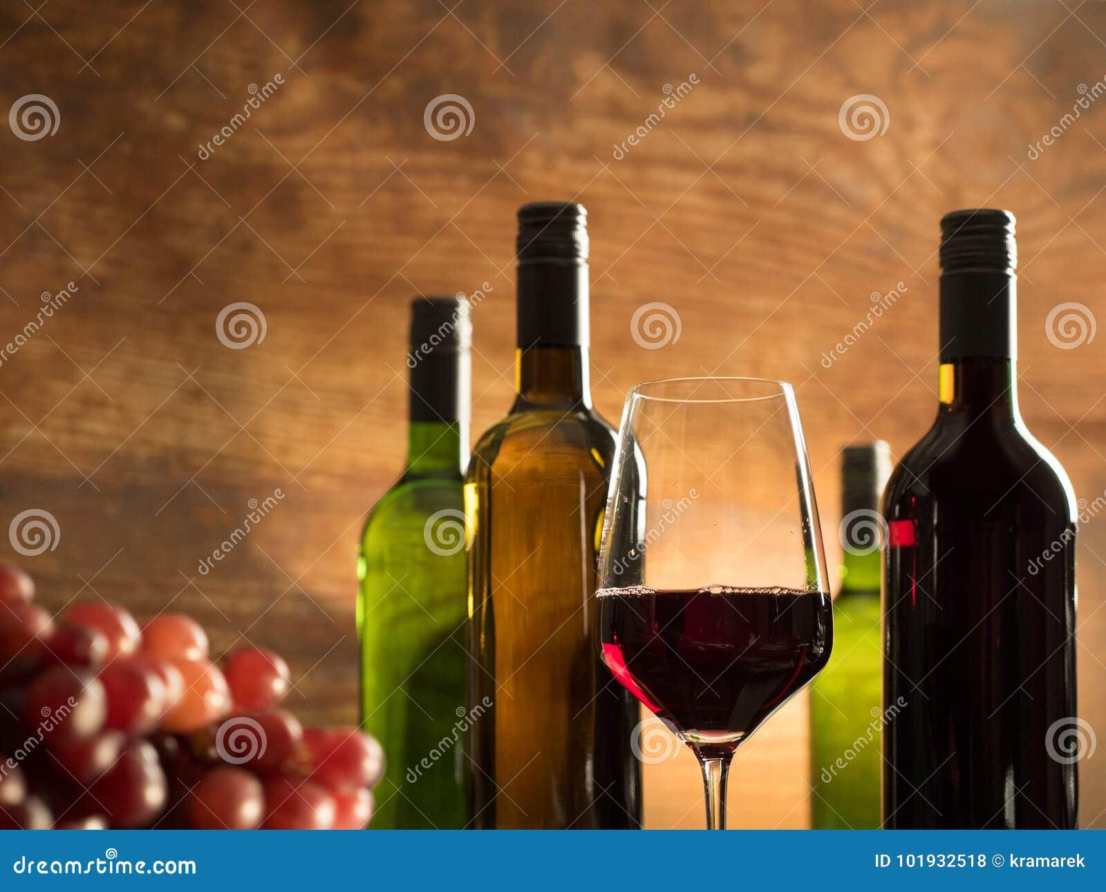 品酒大气在有一杯的一个酿酒厂地窖里红葡萄酒和酒瓶