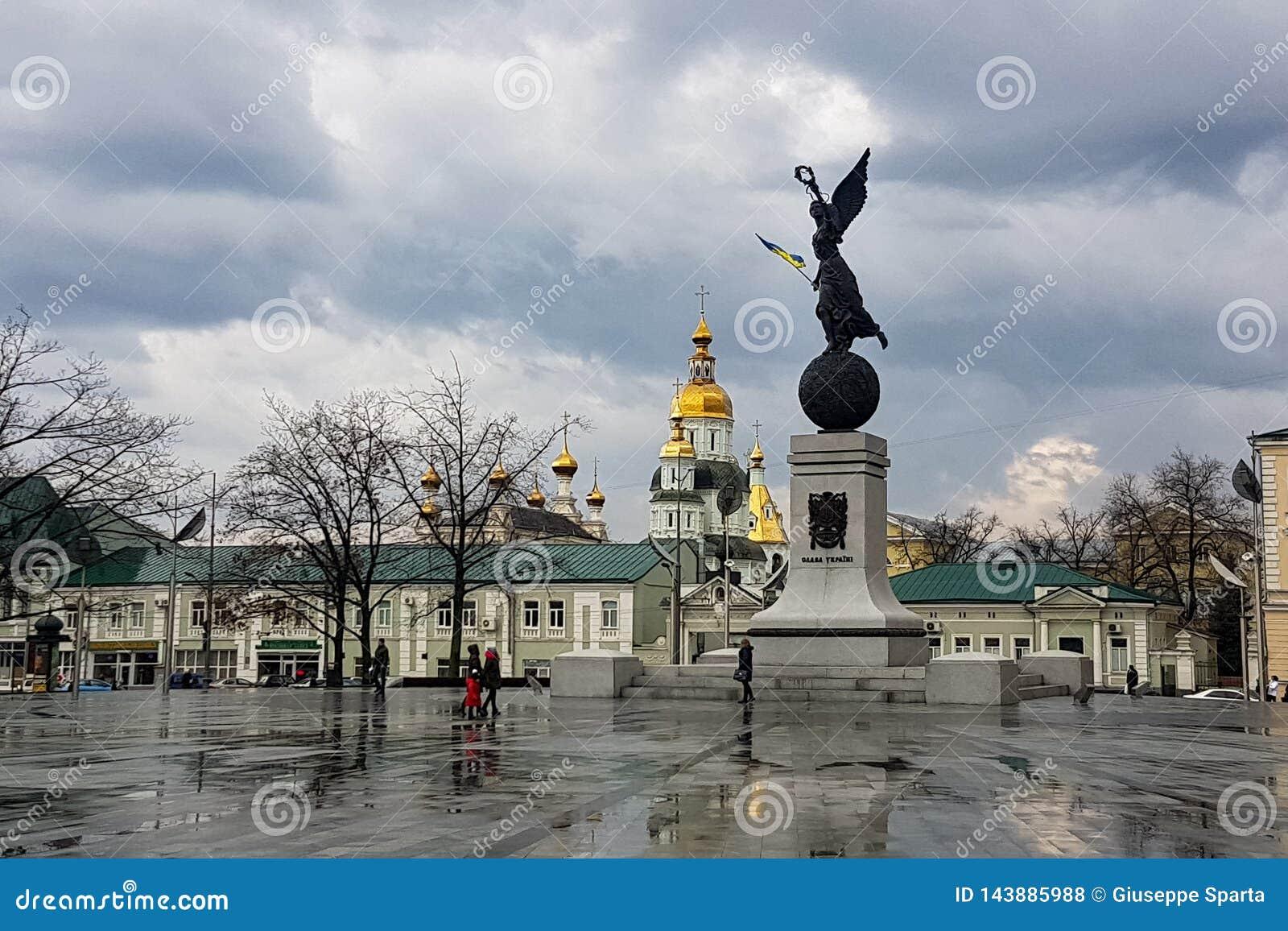 哈尔科夫12月2017年,乌克兰:独立纪念碑,命名了飞行乌克兰,位于宪法广场