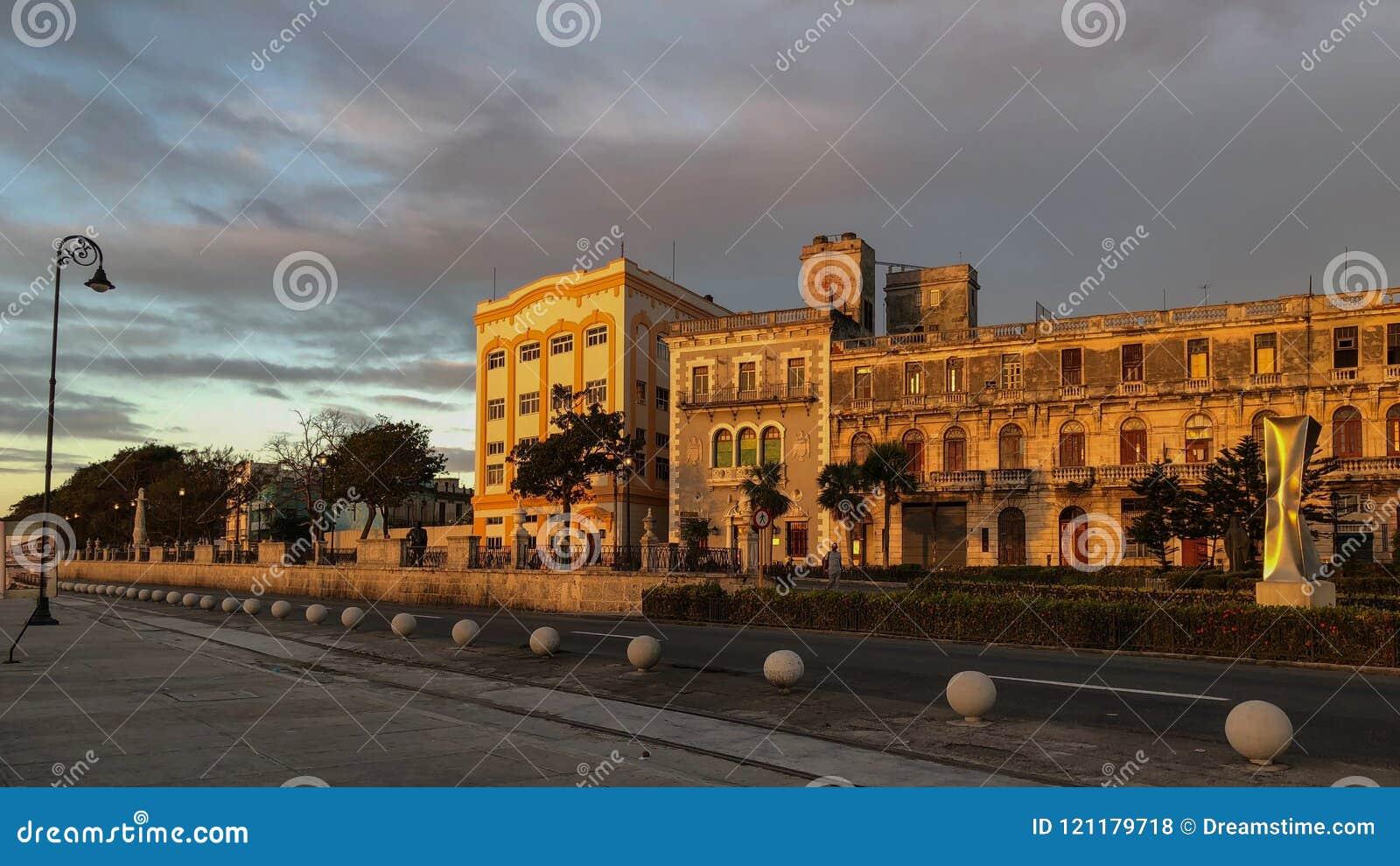 哈瓦那的堤防在与房子的清早illumi