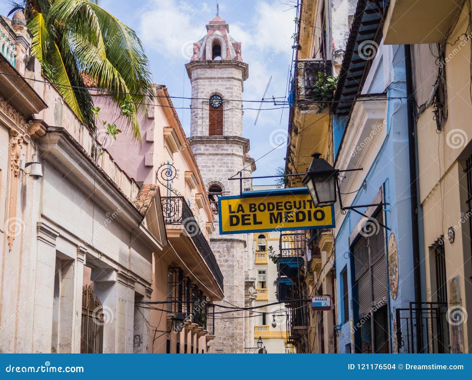 哈瓦那,古巴La Bodeguita del Medio酒吧,叫作酒吧欧内斯特・海明威哪里喝了mojito鸡尾酒