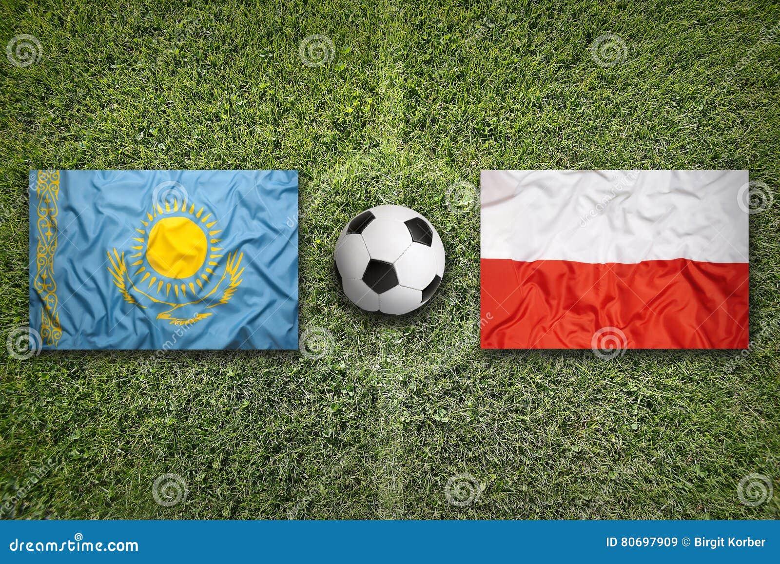 哈萨克斯坦对 在足球场的波兰旗子