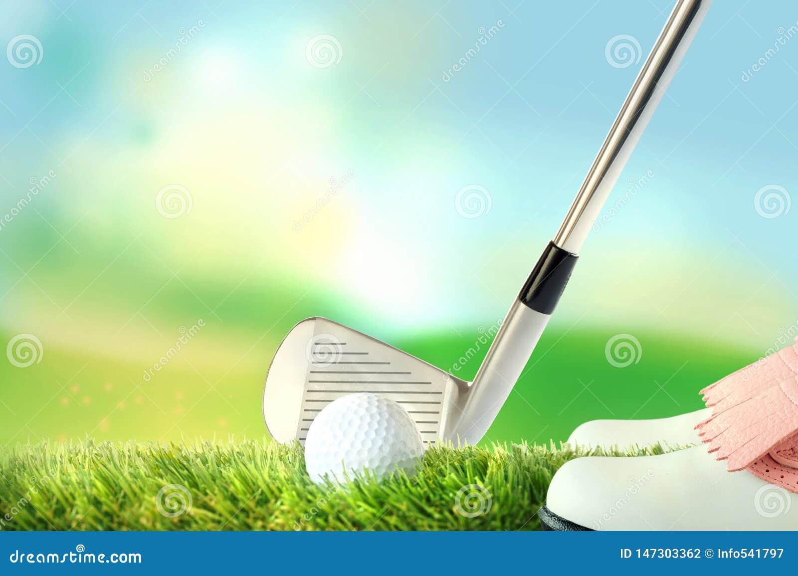 响应位置的高尔夫球运动员,与高尔夫俱乐部的高尔夫球