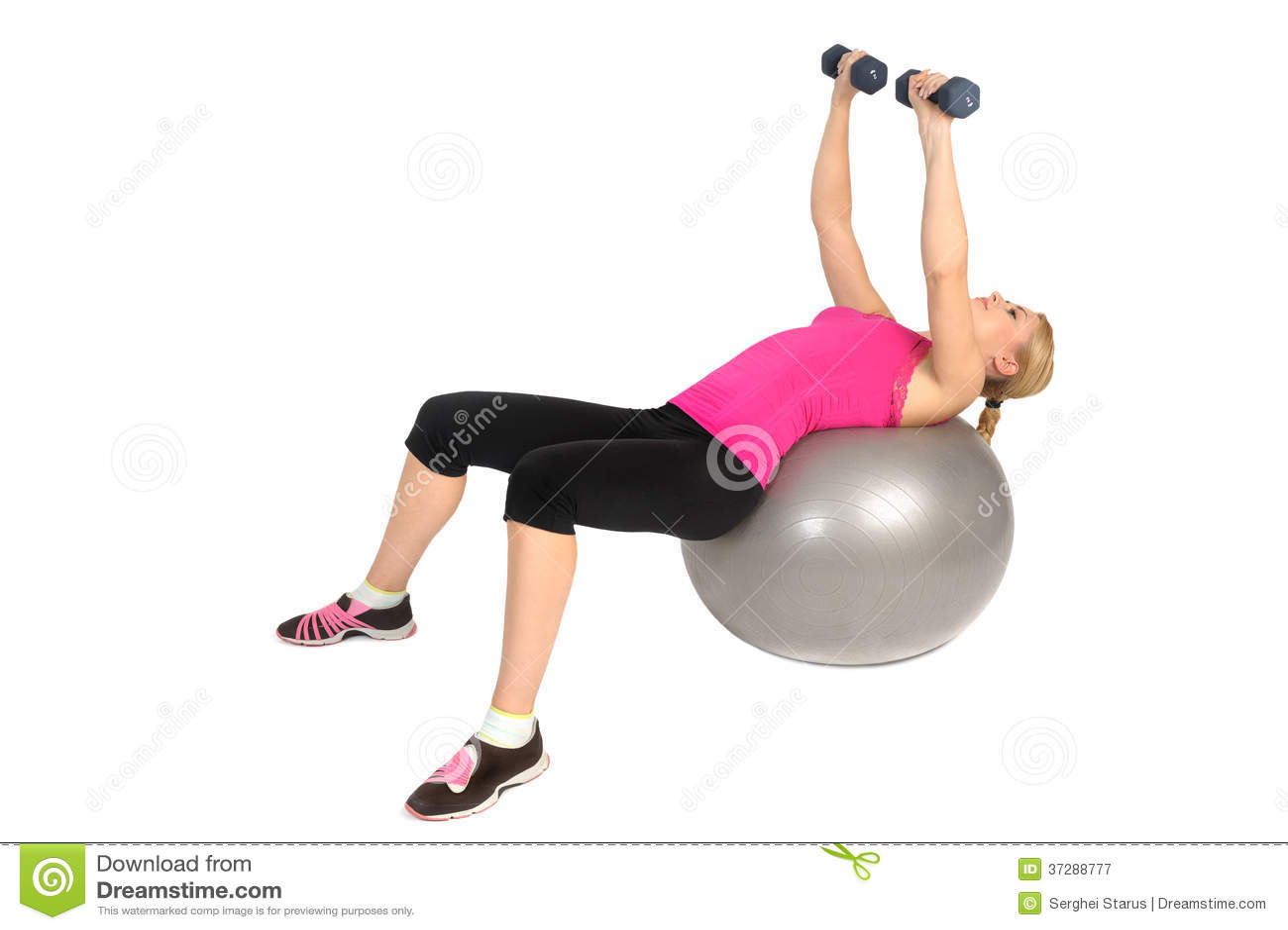 哑铃在稳定健身球锻炼的胸口飞行
