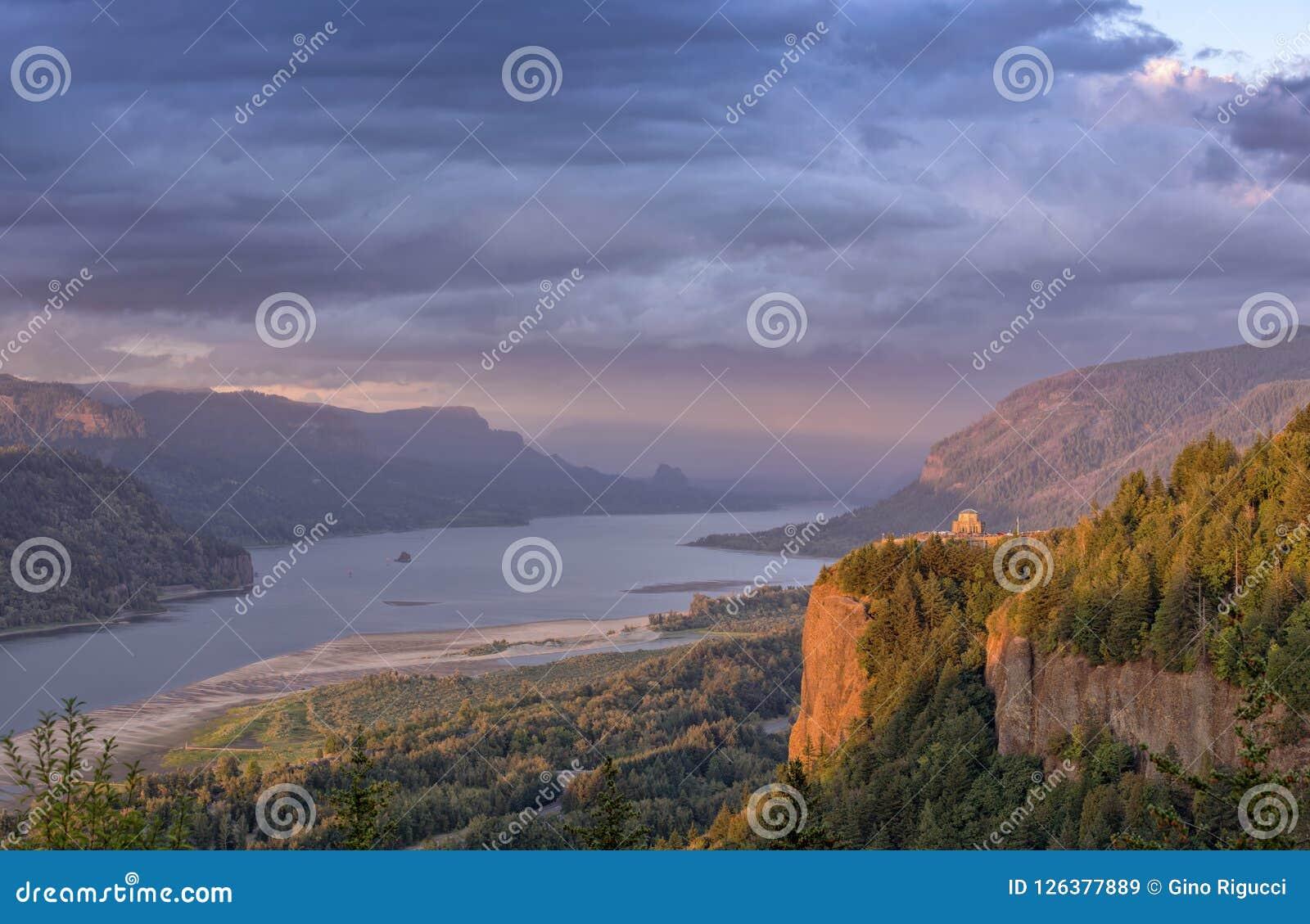 哥伦比亚河峡谷cluds和日落