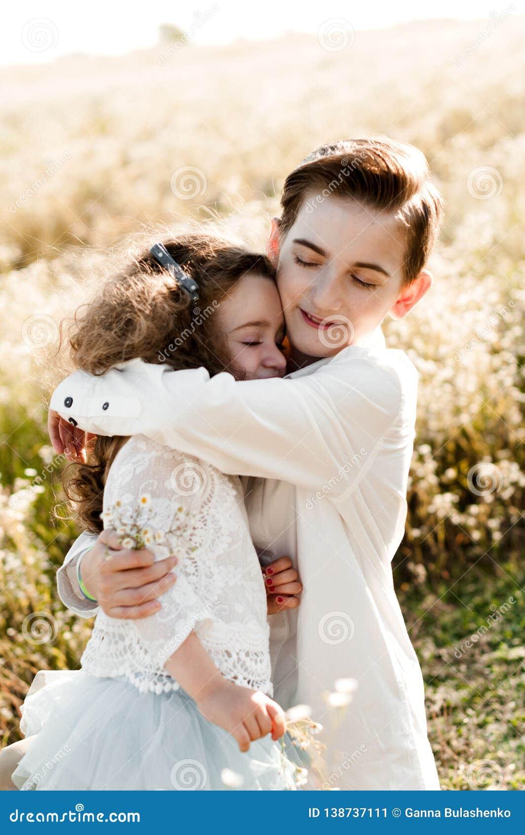 哥哥拥抱他的妹