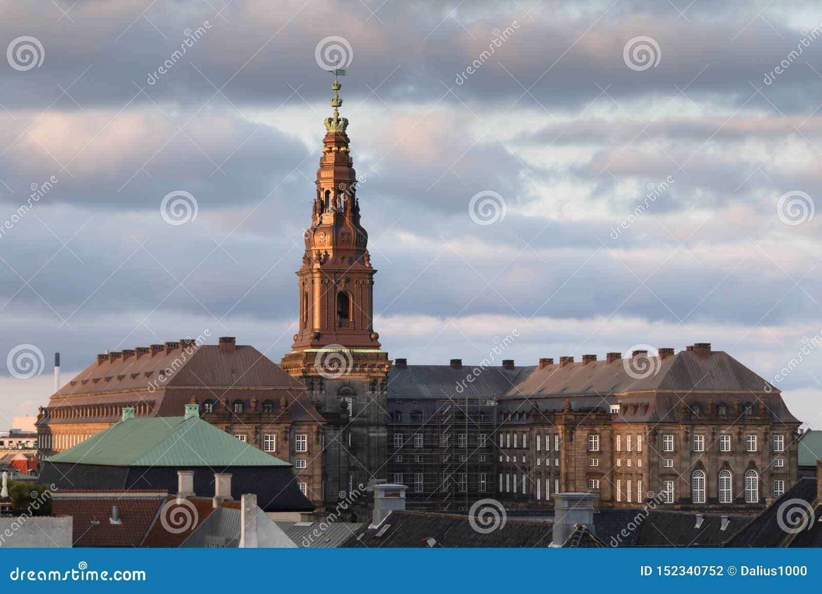 哥本哈根,西兰丹麦- 2019年6月27日:克里斯蒂安堡在日落的宫殿大厦从orher屋顶