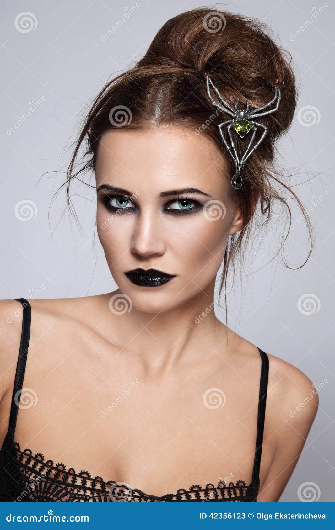 有时髦的哥特式构成和发型的年轻美丽的妇女.图片