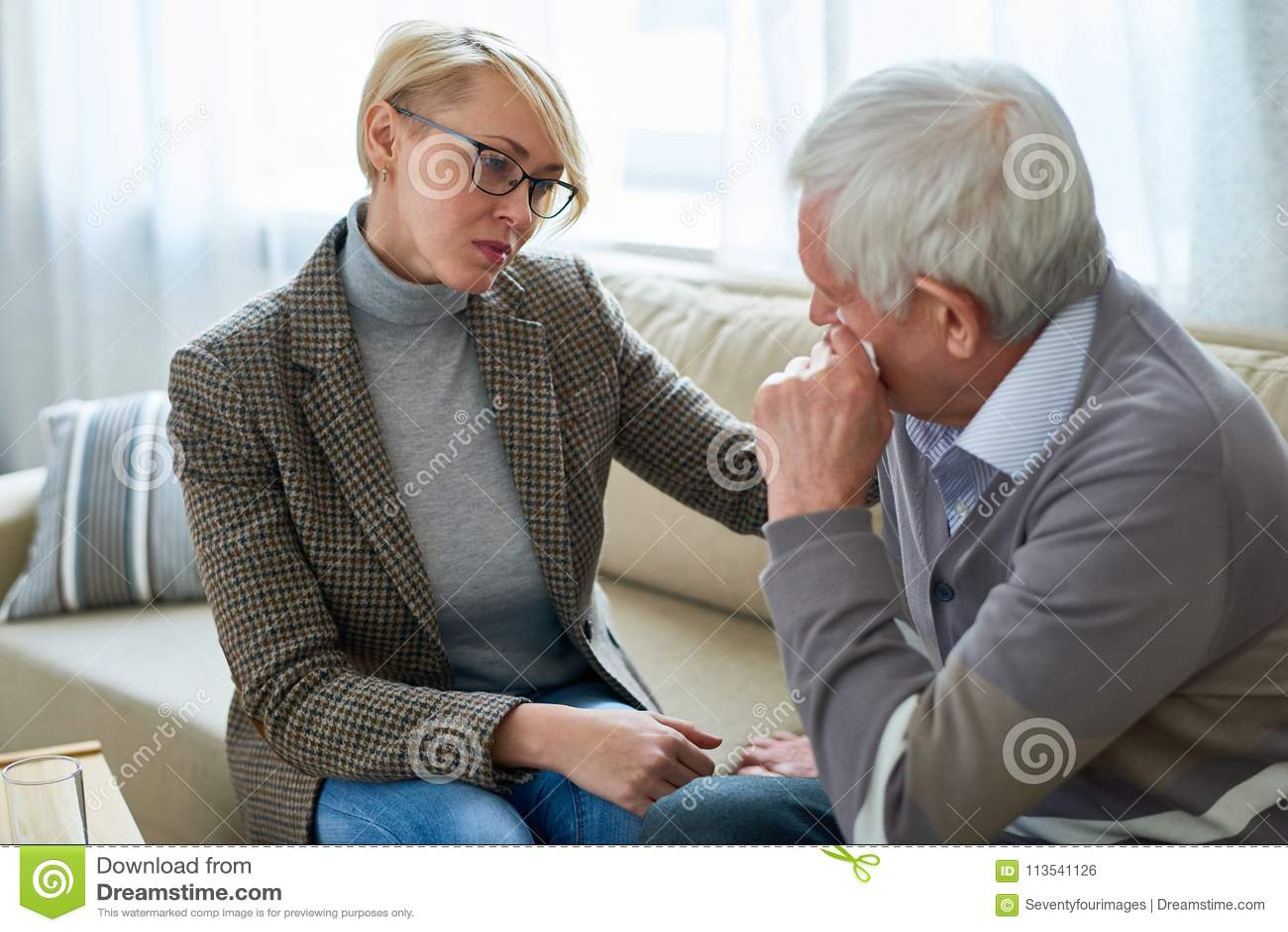 哭泣在疗期上的老人