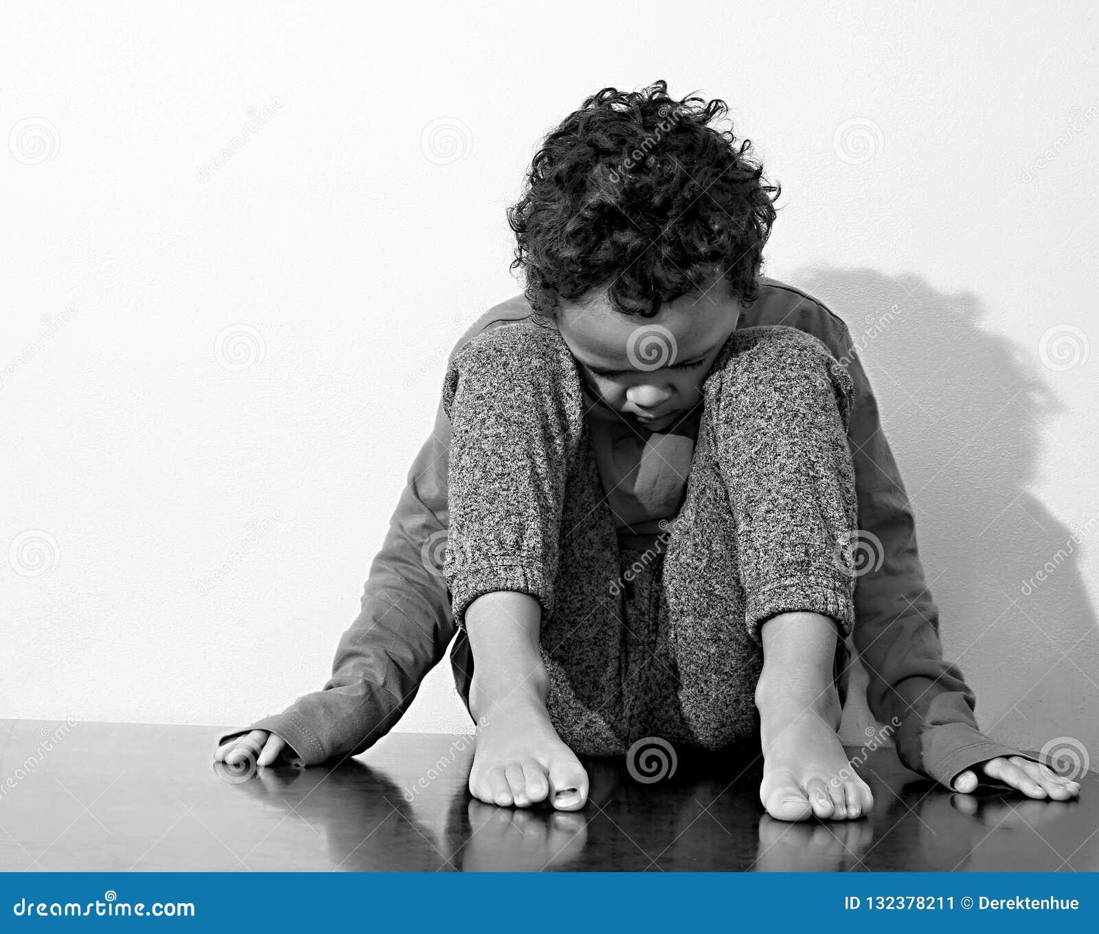 哭泣在贫穷的男孩