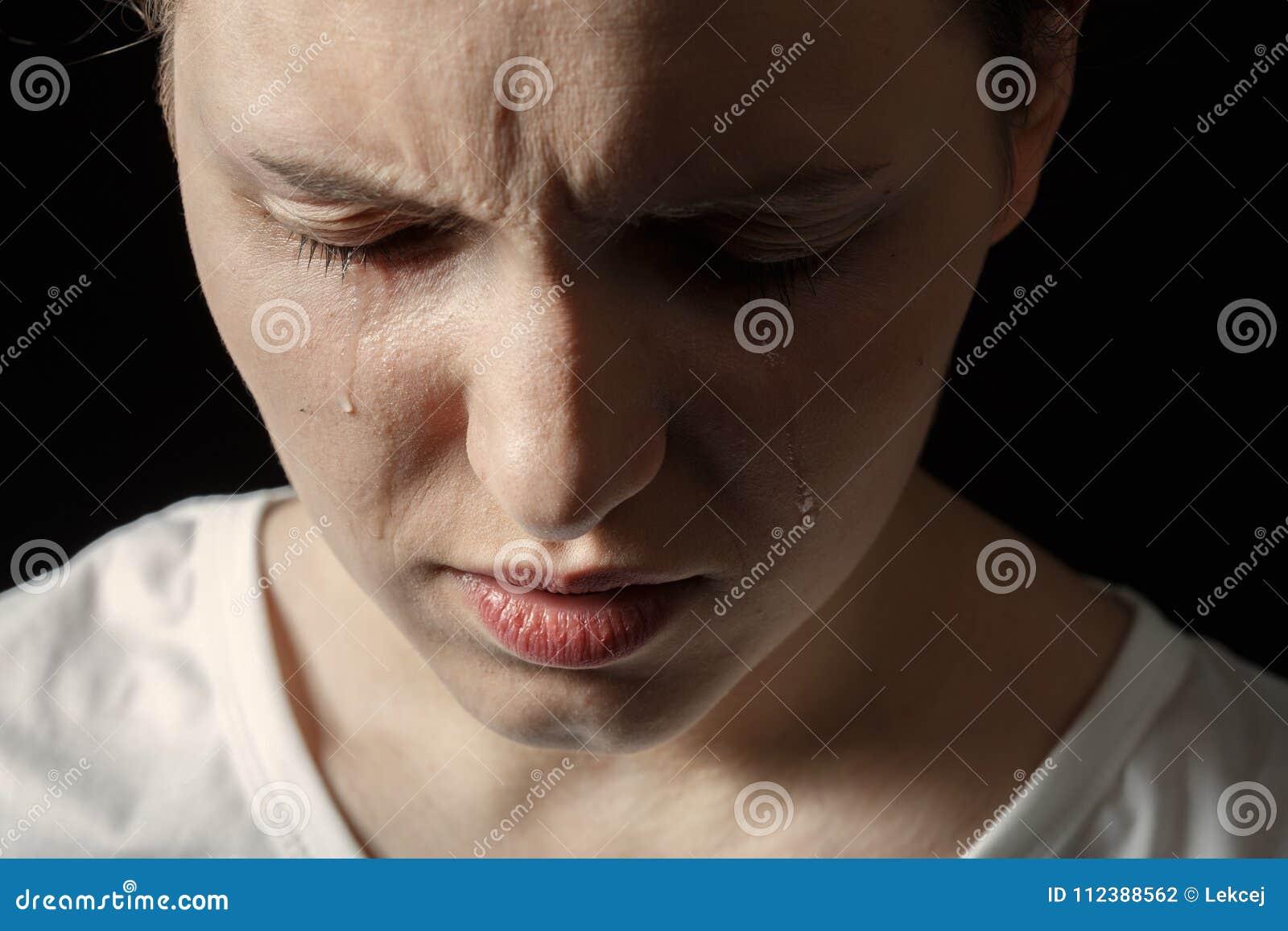 哭泣的哀伤的妇女