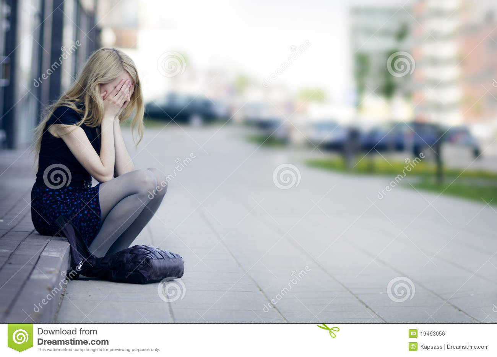 哭泣的女孩悲伤