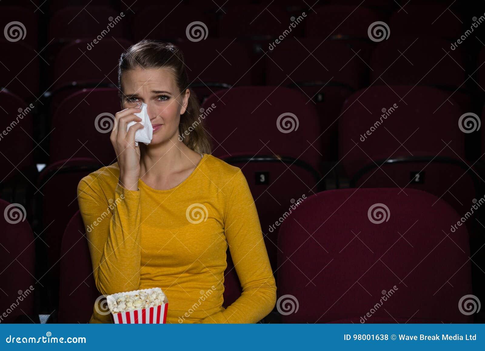 哭泣的妇女,当观看电影时