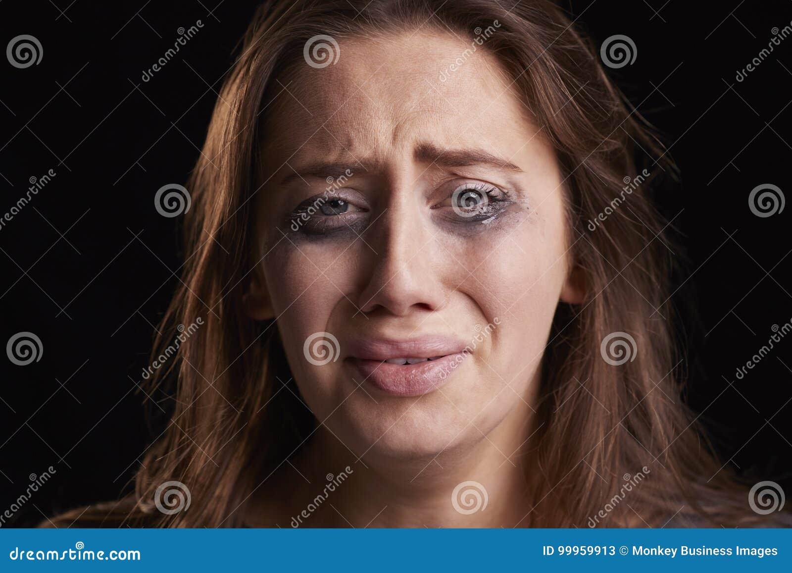 哭泣的少妇演播室射击有被弄脏的眼睛的组成