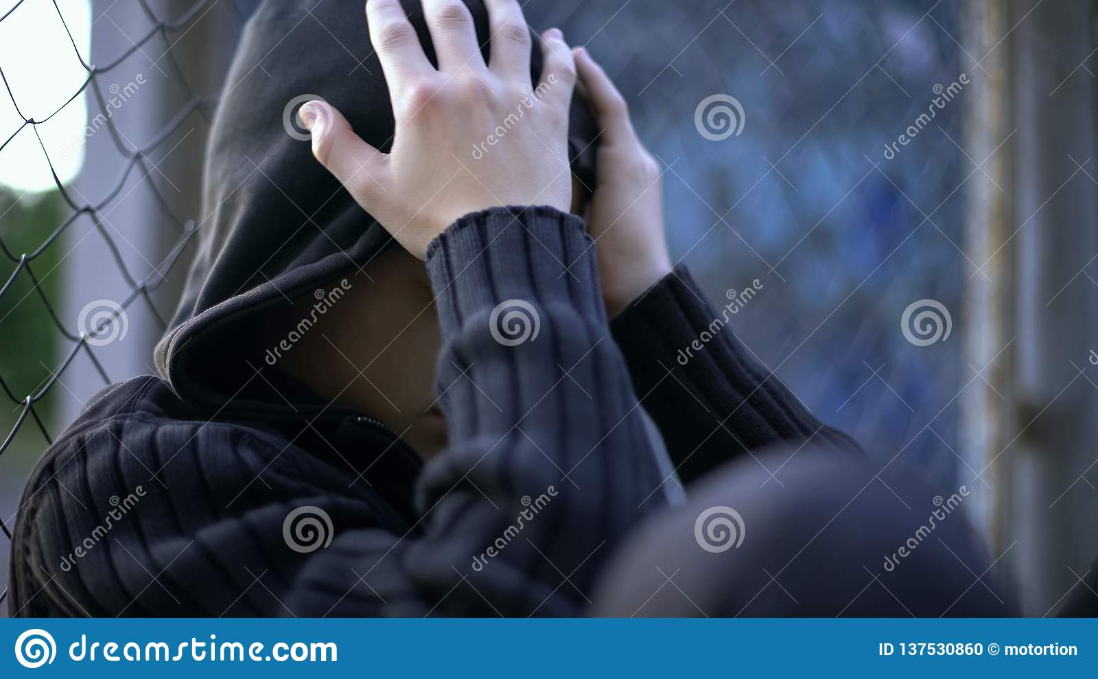 哭泣的少年,学校持强欺弱者,不正常的家庭、寂寞或者消沉