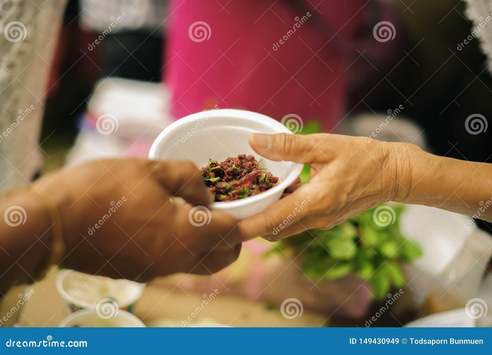 哺养帮助的贫穷的社会问题:哺养饥饿的志愿者在社会:捐赠食物的概念对贫寒