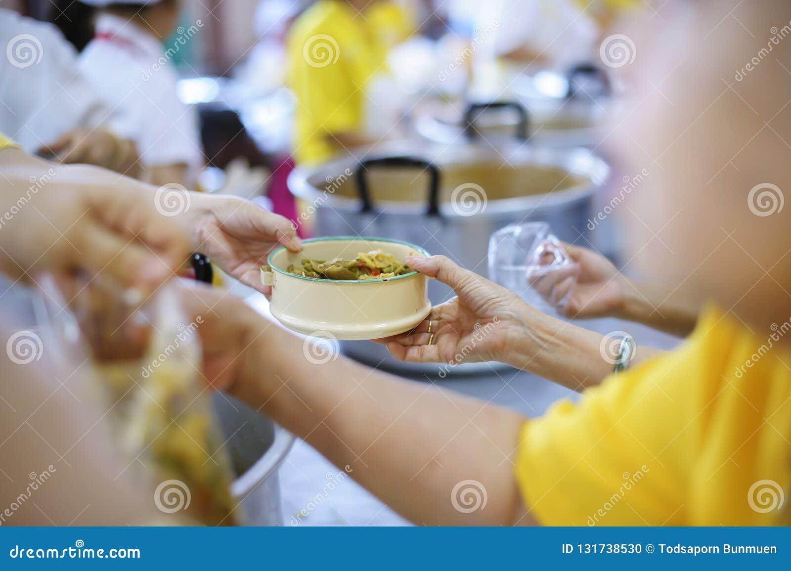 哺养饥饿的志愿者在社会:捐赠食物的概念对社会的贫寒