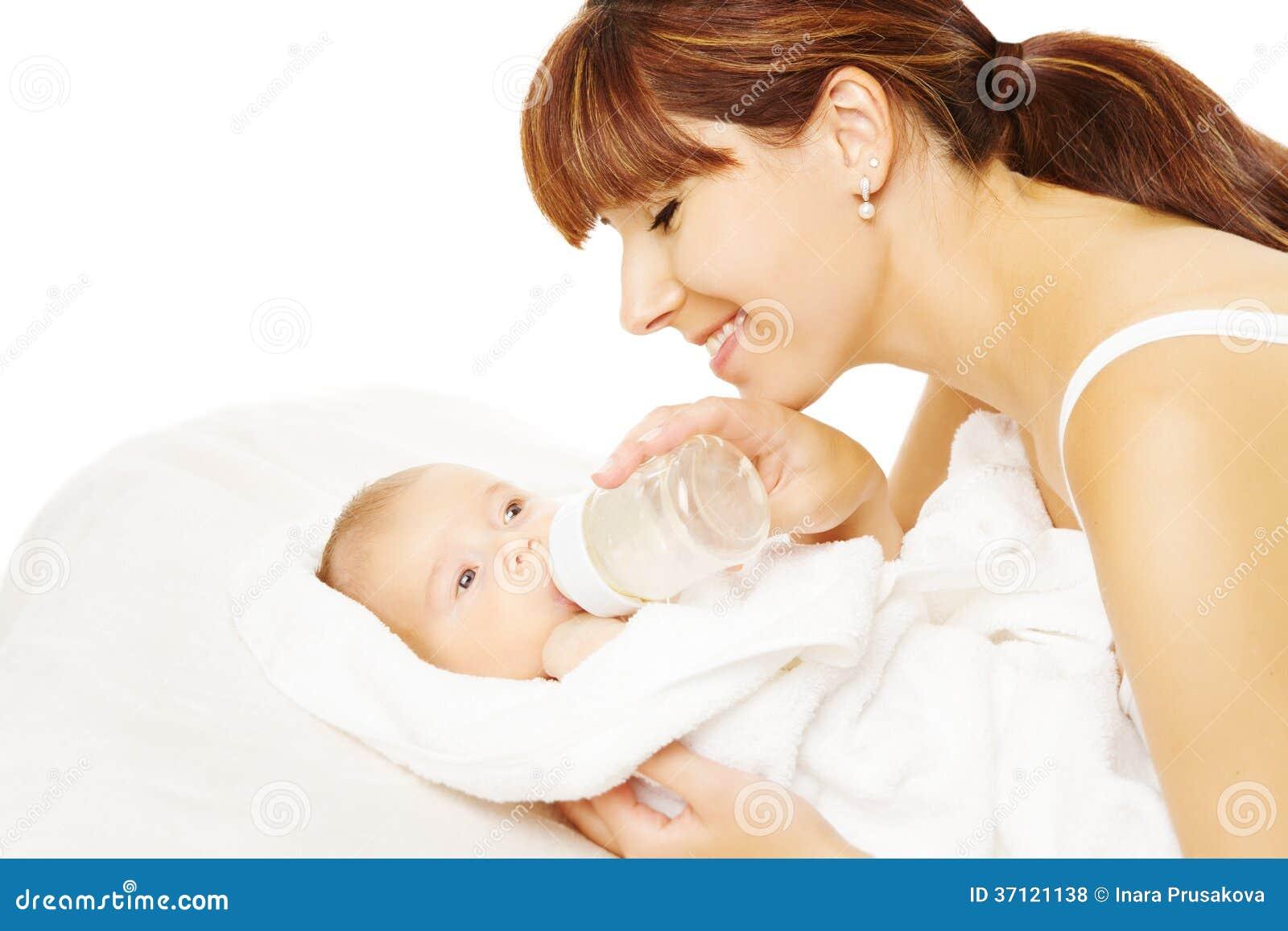 哺养的婴孩。从瓶的新出生的吃牛奶。
