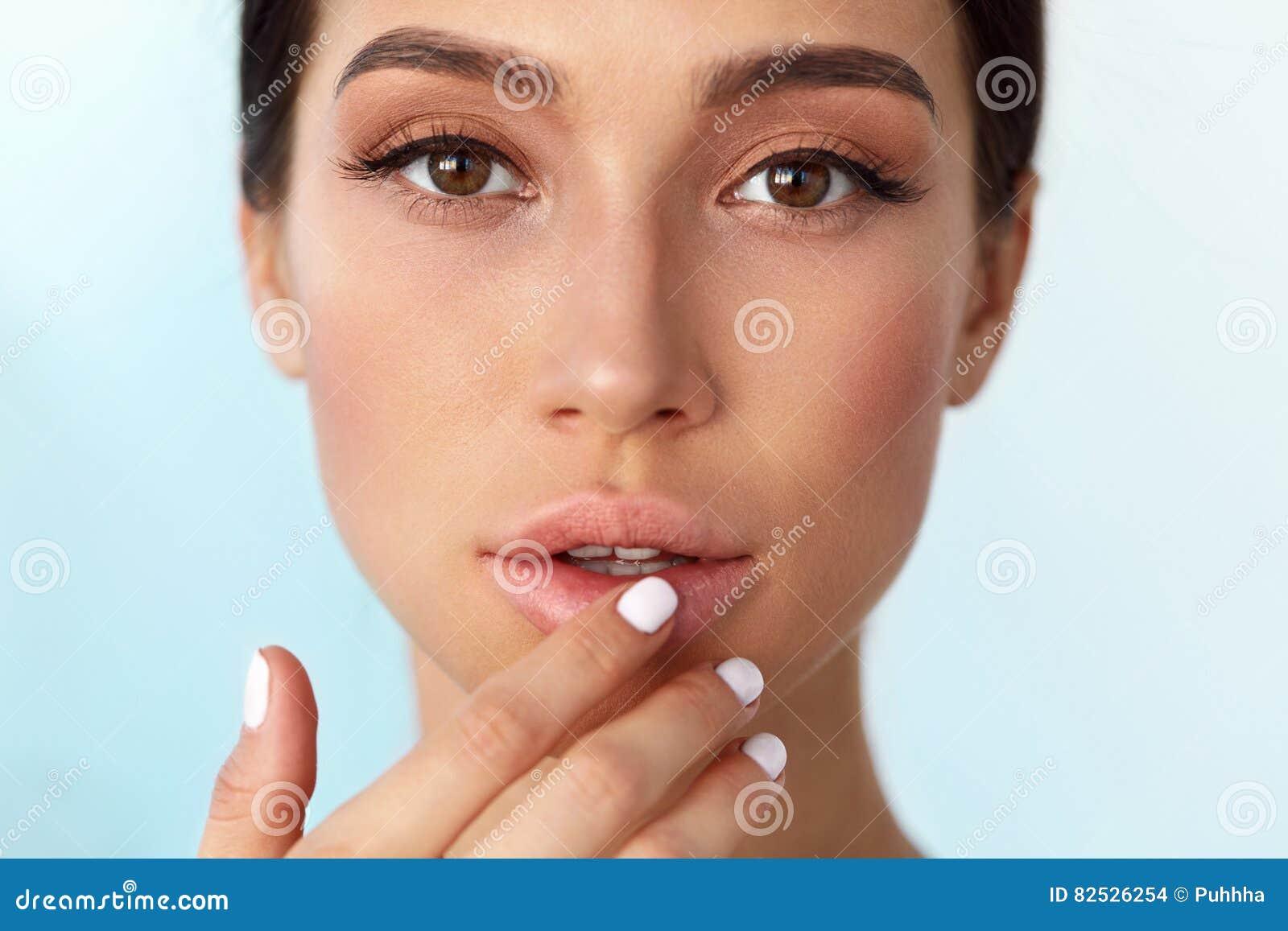 嘴唇护肤 有应用唇膏的秀丽面孔的妇女