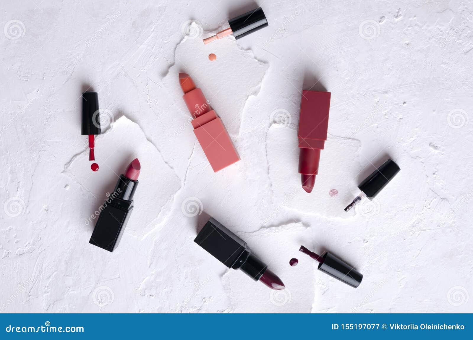 唇膏的例子顶视图,白色表面上的指甲油