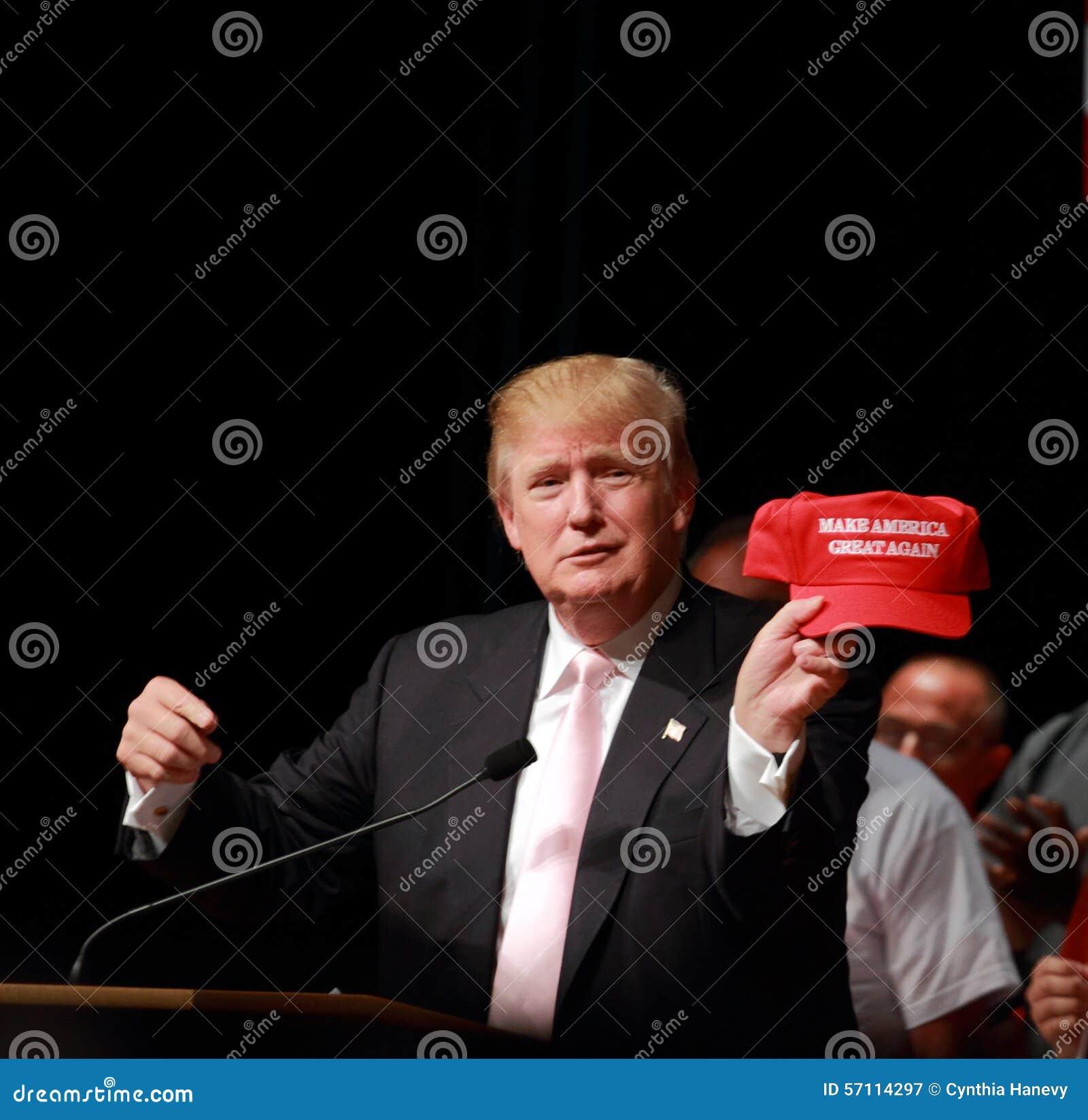 唐纳德・川普讲话在7月, 25日的竞选集会, 2015年,在Oskaloosa,衣阿华