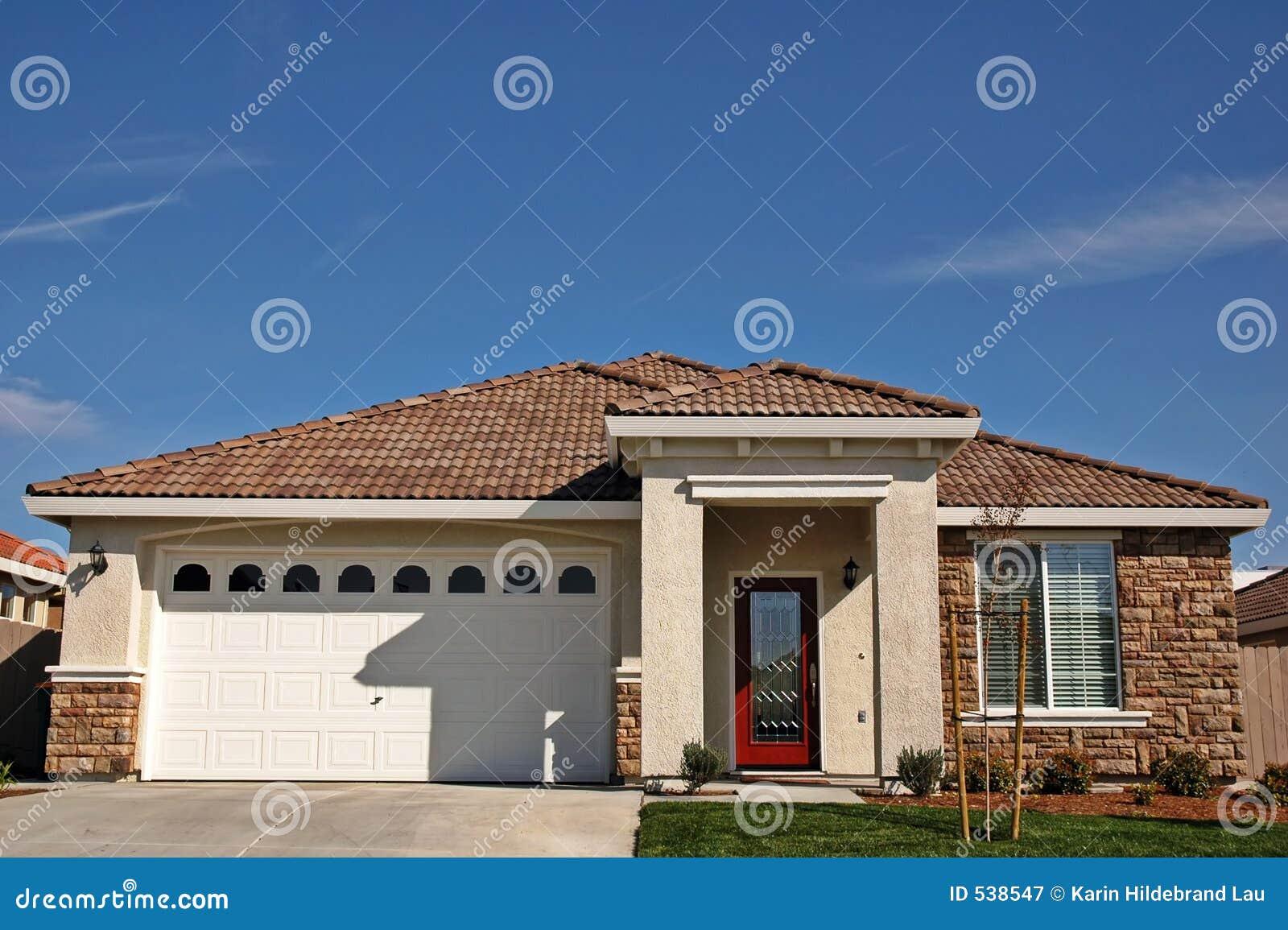 Download 唯一的房子 库存图片. 图片 包括有 属性, 富有, 屋顶, 中止, 梦想, 灰泥, 蓝色, 实际, 前面, 位于 - 538547