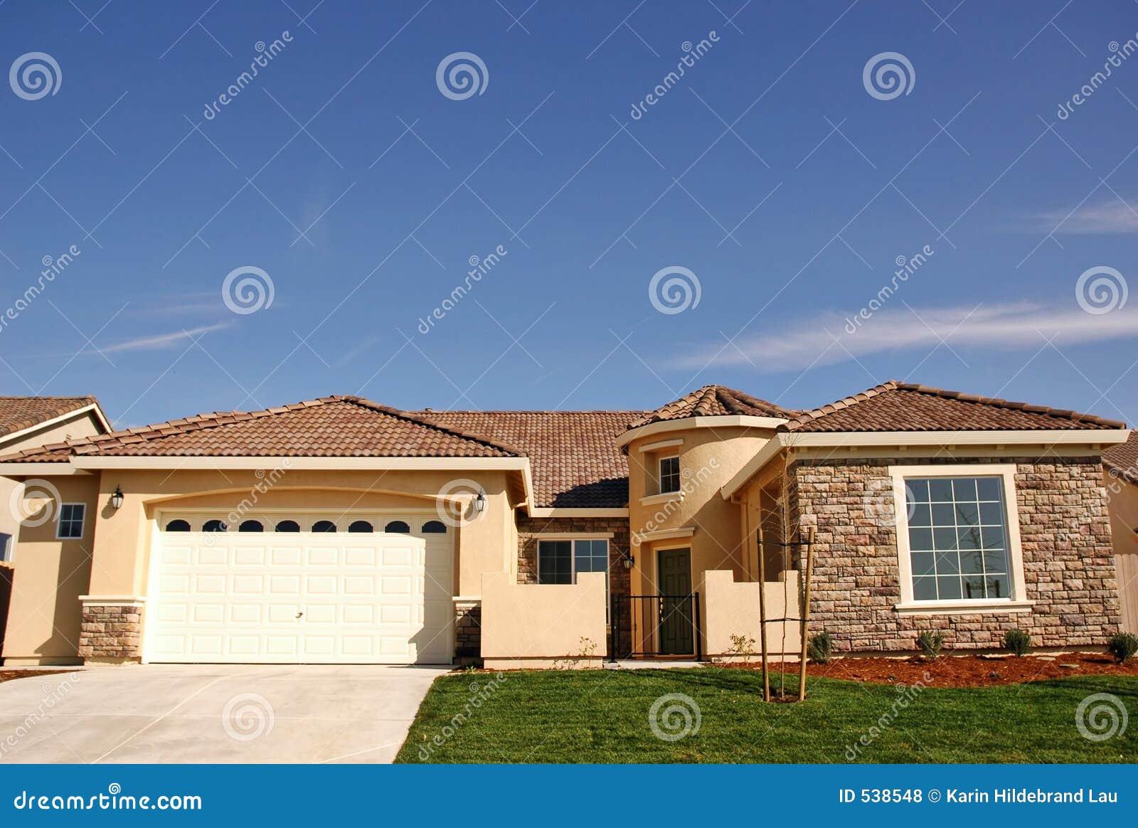 Download 唯一的房子 库存照片. 图片 包括有 系列, 梦想, 消耗大, 前面, 围场, 蓝色, 瓦片, 建筑师, 生活方式 - 538548