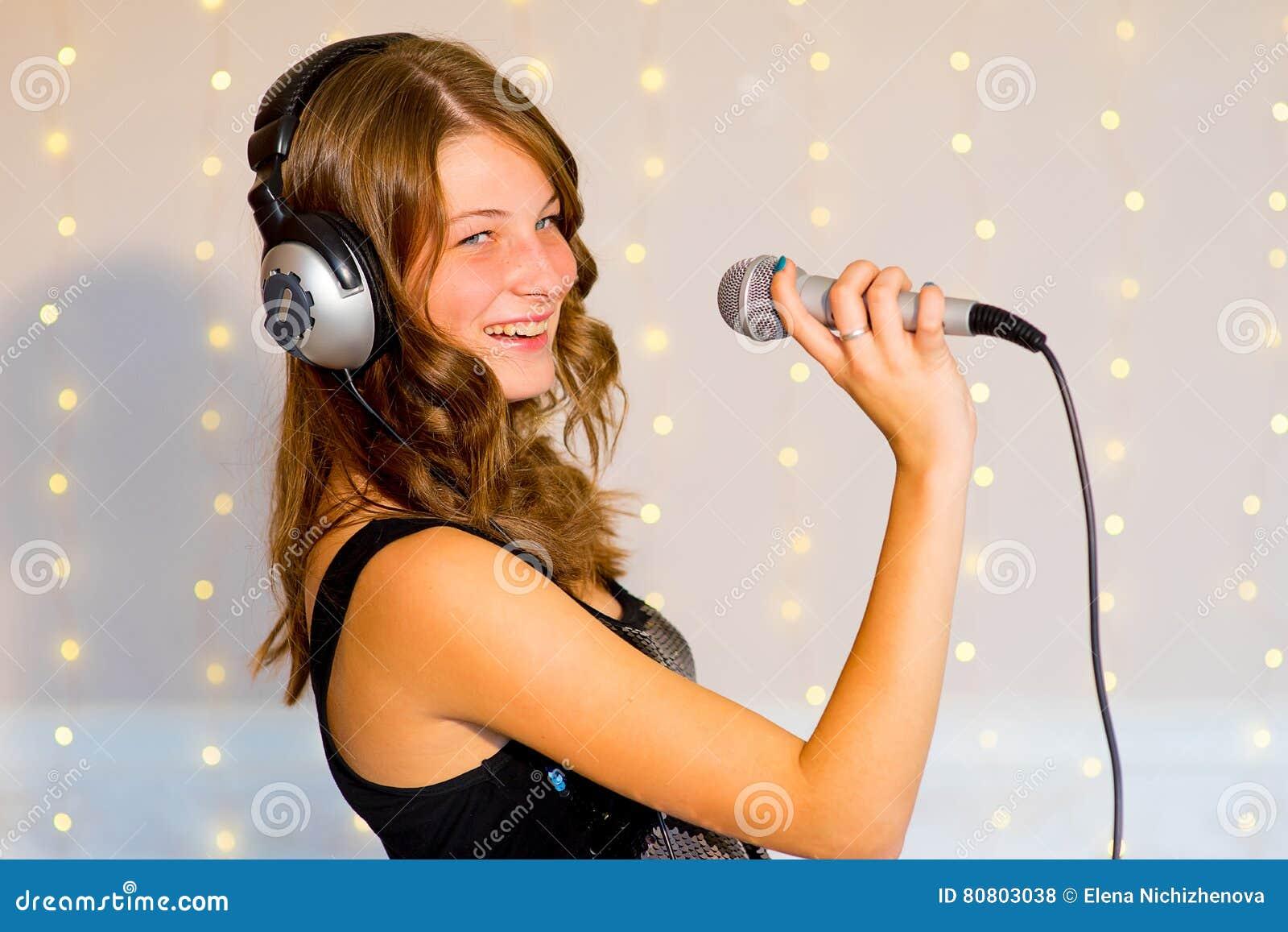 唱歌在卡拉OK演唱的女孩