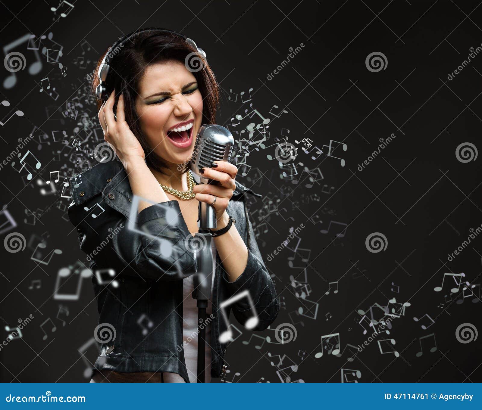 唱歌歌曲晃动有mic和耳机的音乐家