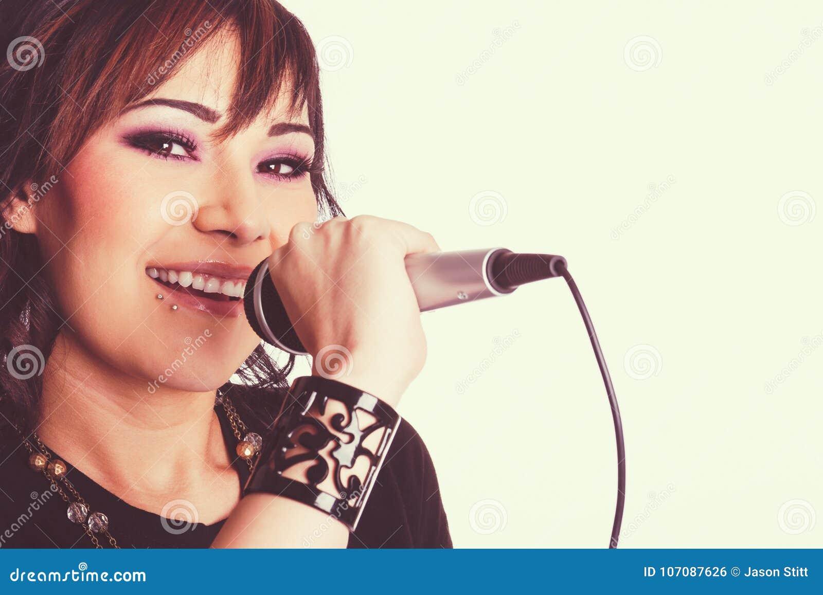 唱歌的年轻美丽的妇女