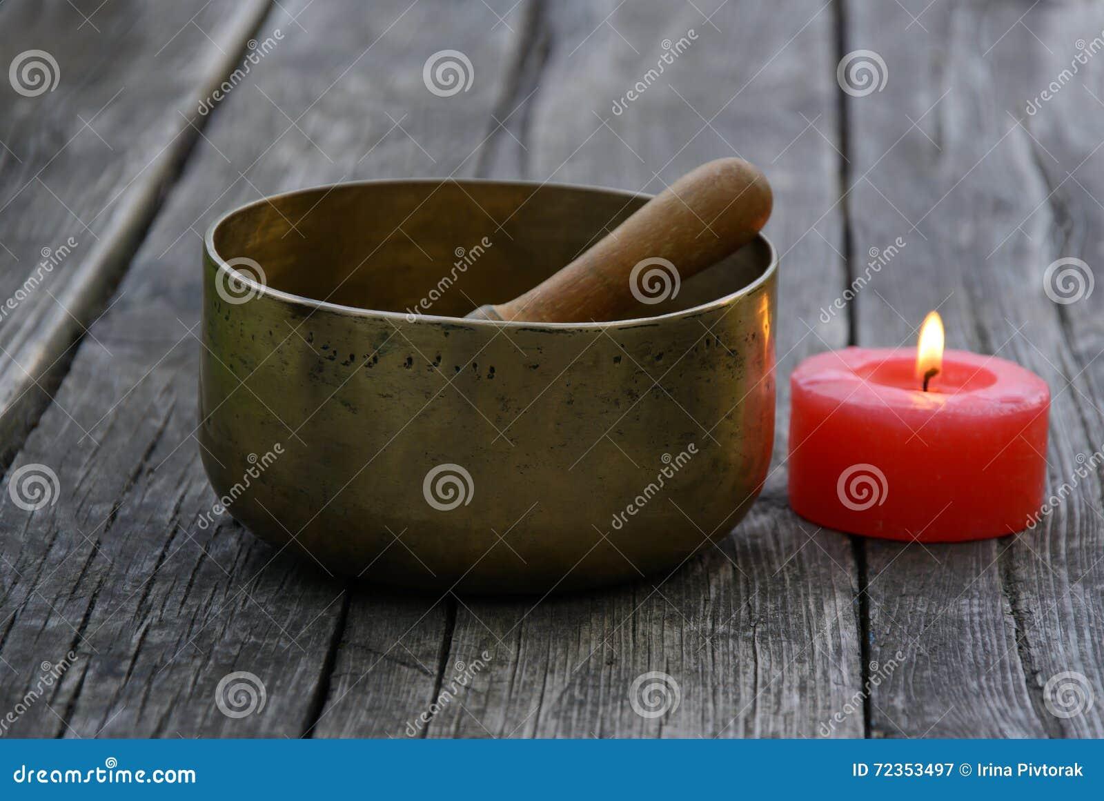 唱歌碗和燃烧红色蜡烛