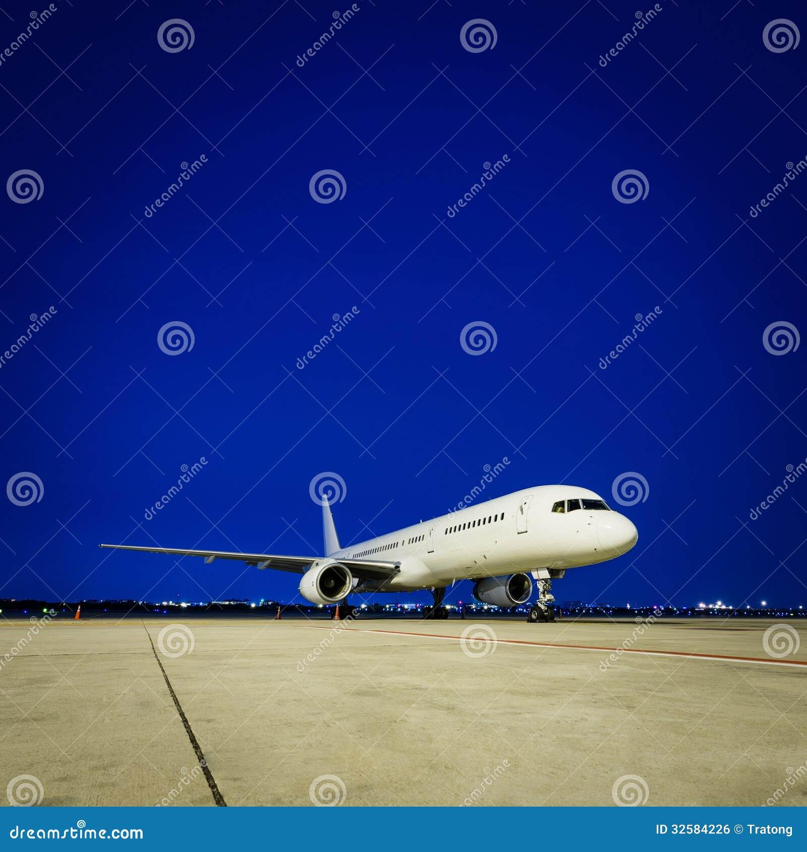 商业飞机在晚上