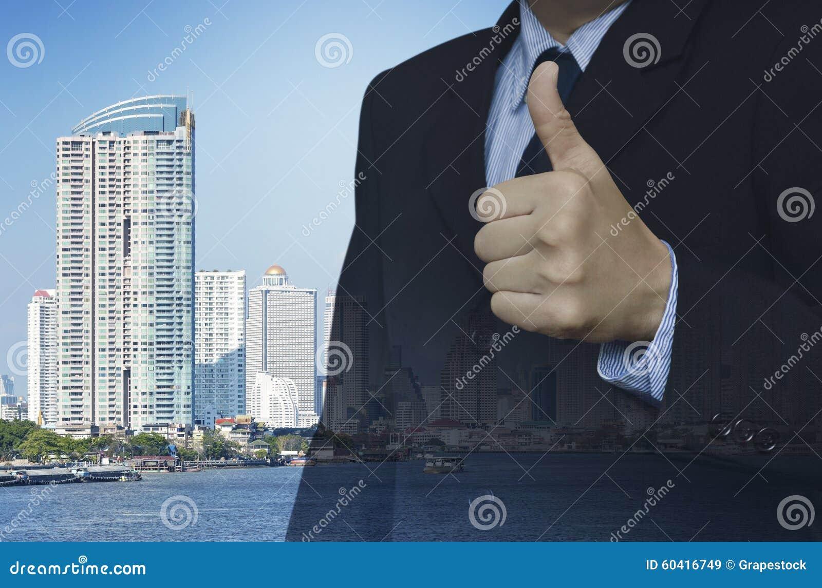 商人两次曝光与赞许的在城市耸立