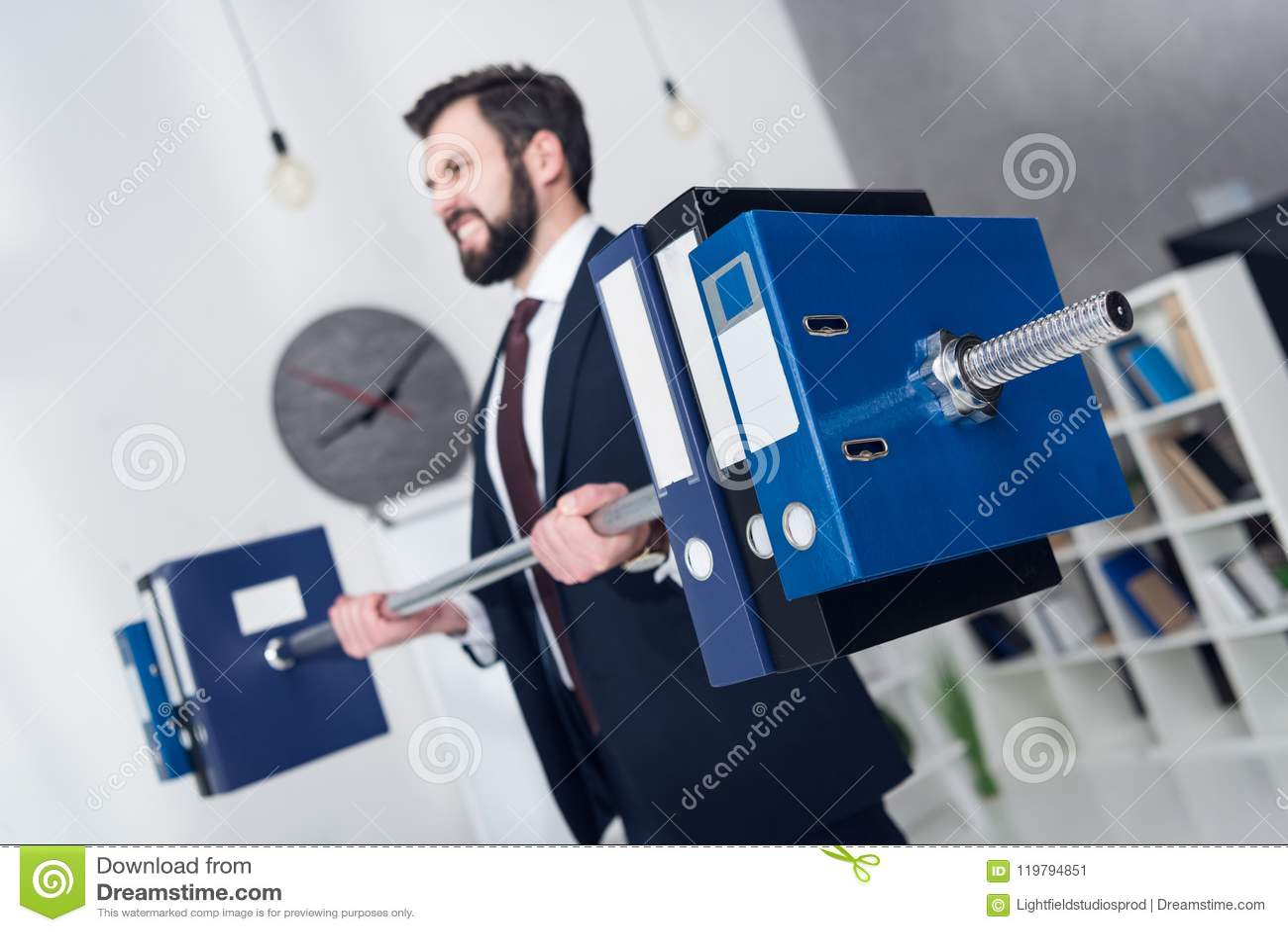 商人举重文件夹选择聚焦