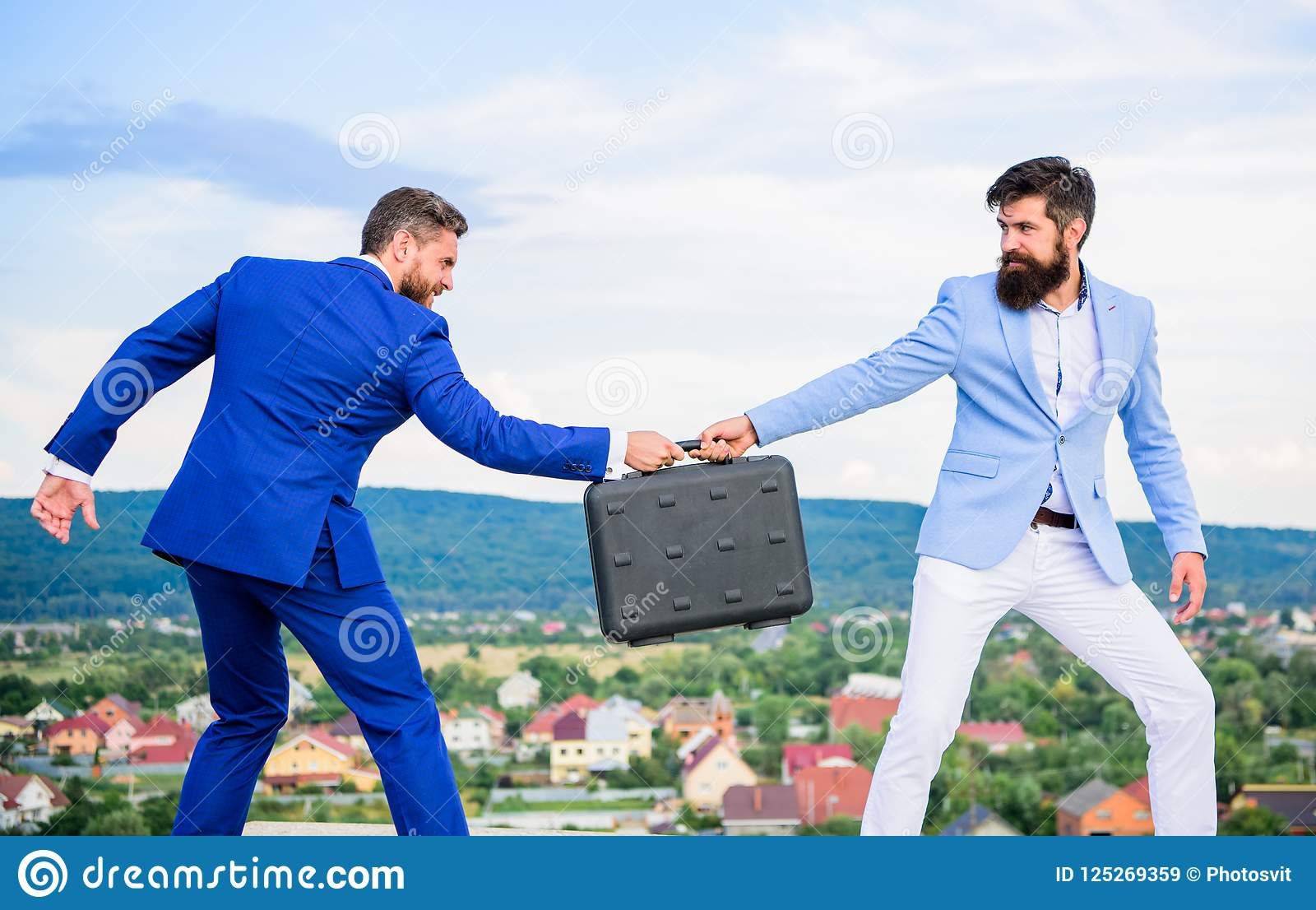 商人从商务伙伴拿走公文包 欺骗和强夺概念 捣蛋鬼的勒索致利者勒索者