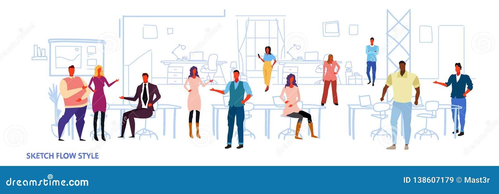 商人在共同工作的办公室露天场所中心内部创造性的工作场所混合种族同事工作