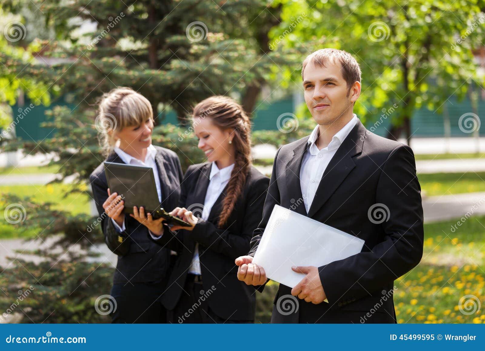 年轻商人在城市公园