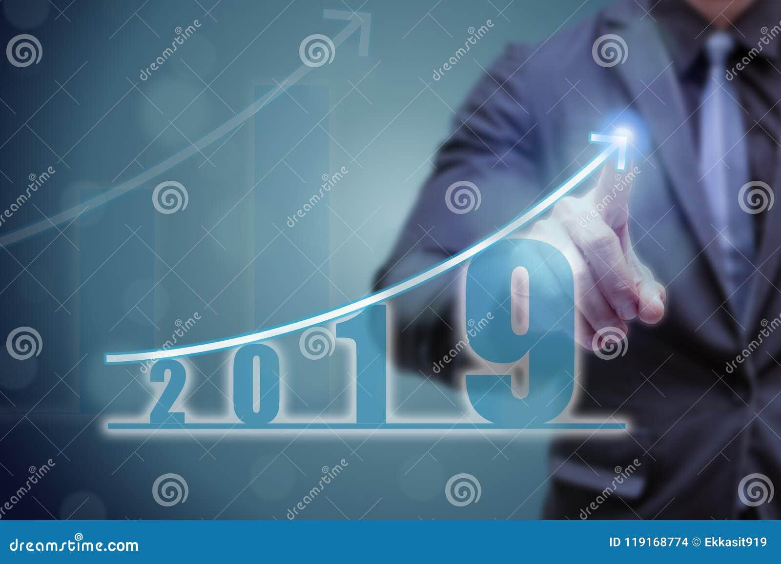 商人在箭头图表上面的点手与高增长率的 成功和生长成长图表在公司中或