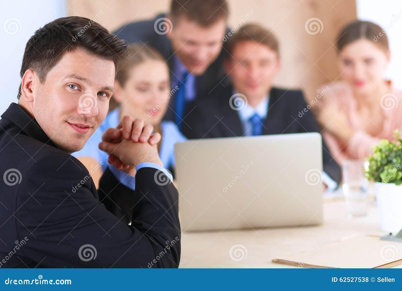 商人坐和谈论在事务