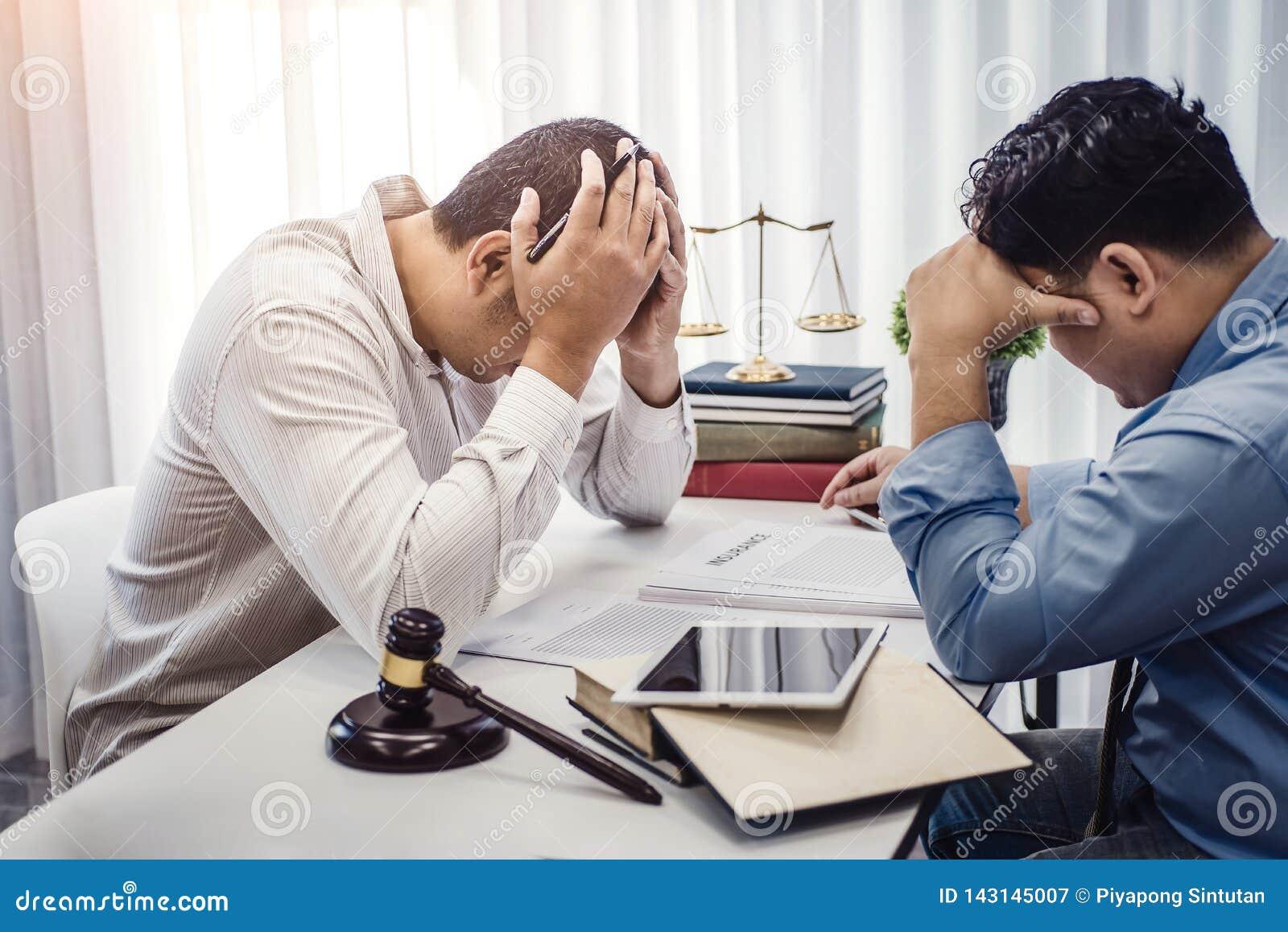 商人坐张力严肃为合同保险的问题与律师的在办公室 法官和法律,律师,法院法官