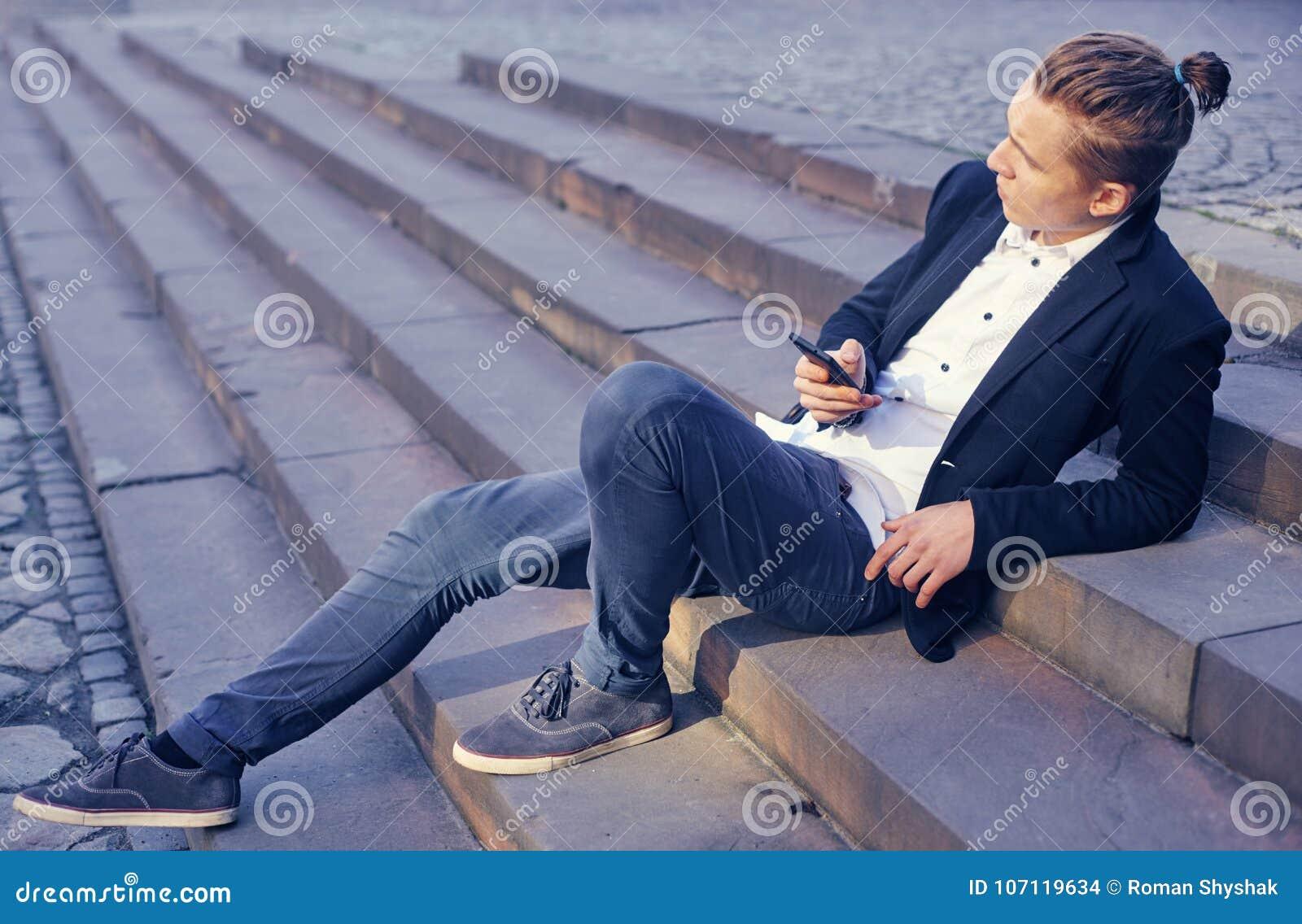 商人坐楼梯,沟通通过电话