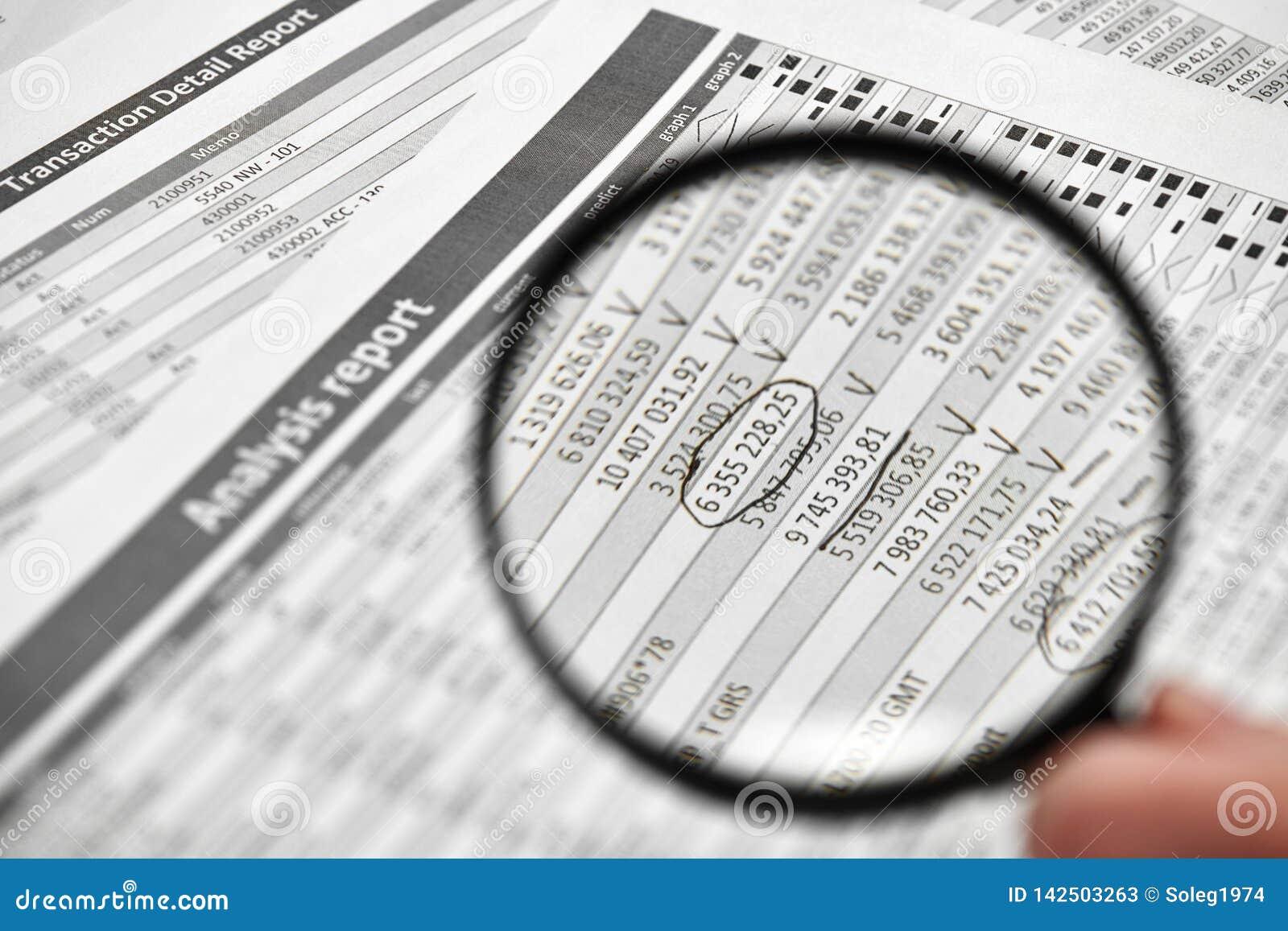 商人工作和计算财务 企业财务会计概念 特写镜头手 扩大化的玻璃使用