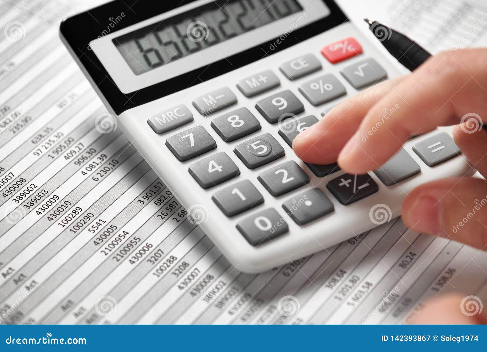 商人工作和计算财务 企业财务会计概念 特写镜头手