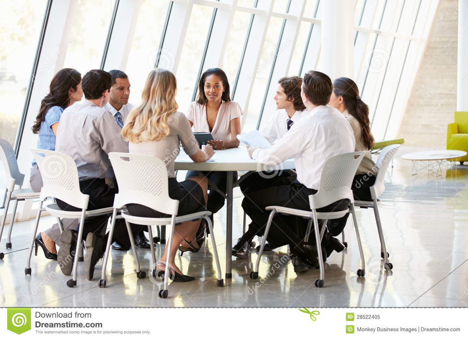 商人开委员会会议在现代办公室