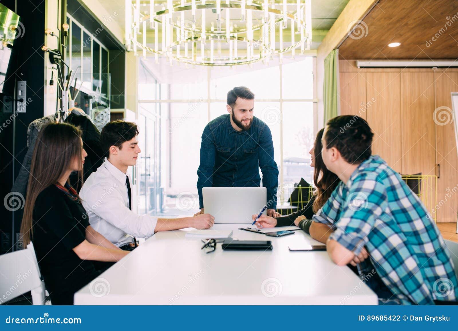 商人开委员会会议在现代办公室 配合