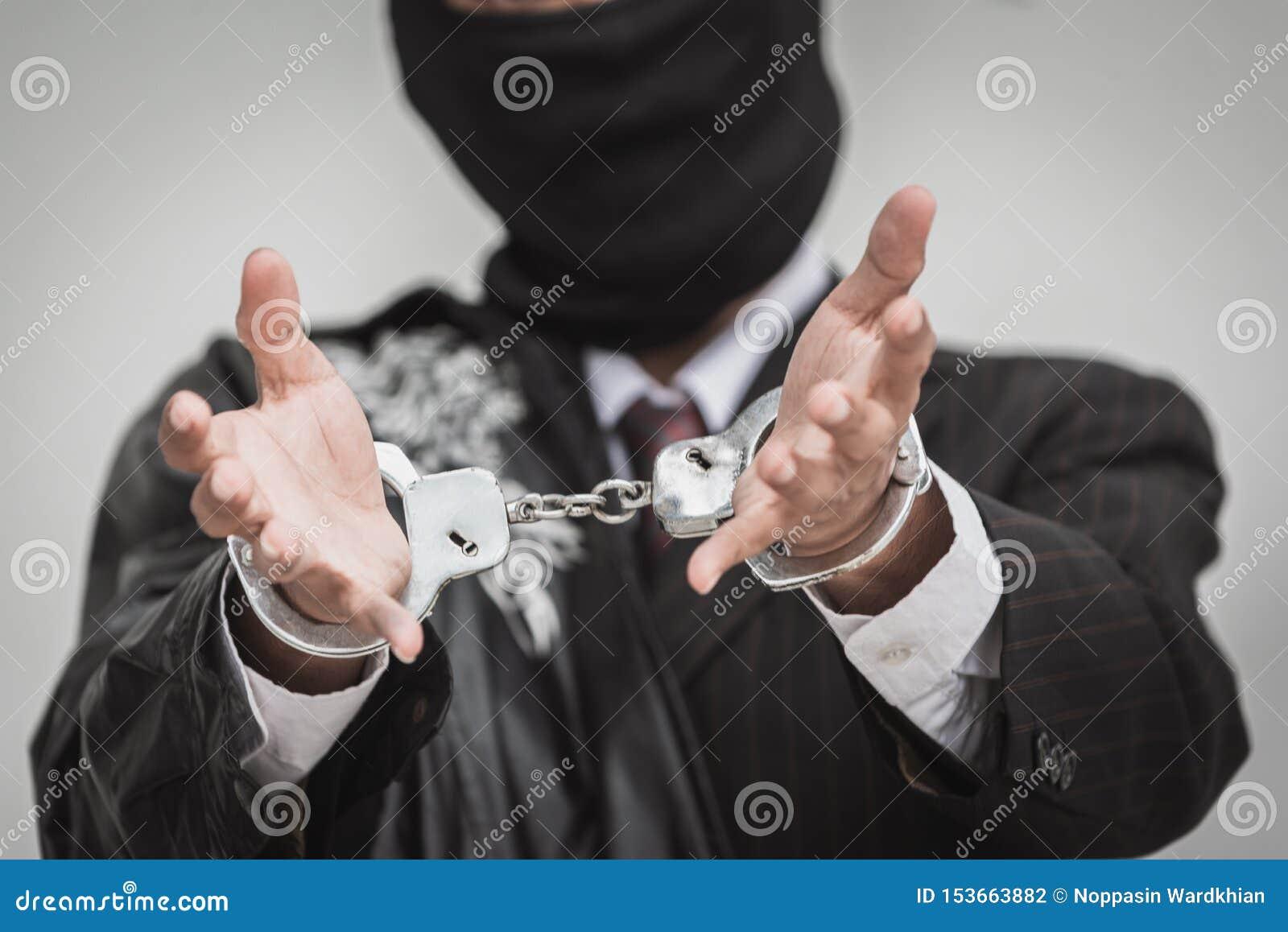 商人拘捕与金钱欧元金钱银行欺骗和贿赂的手铐 大开的手