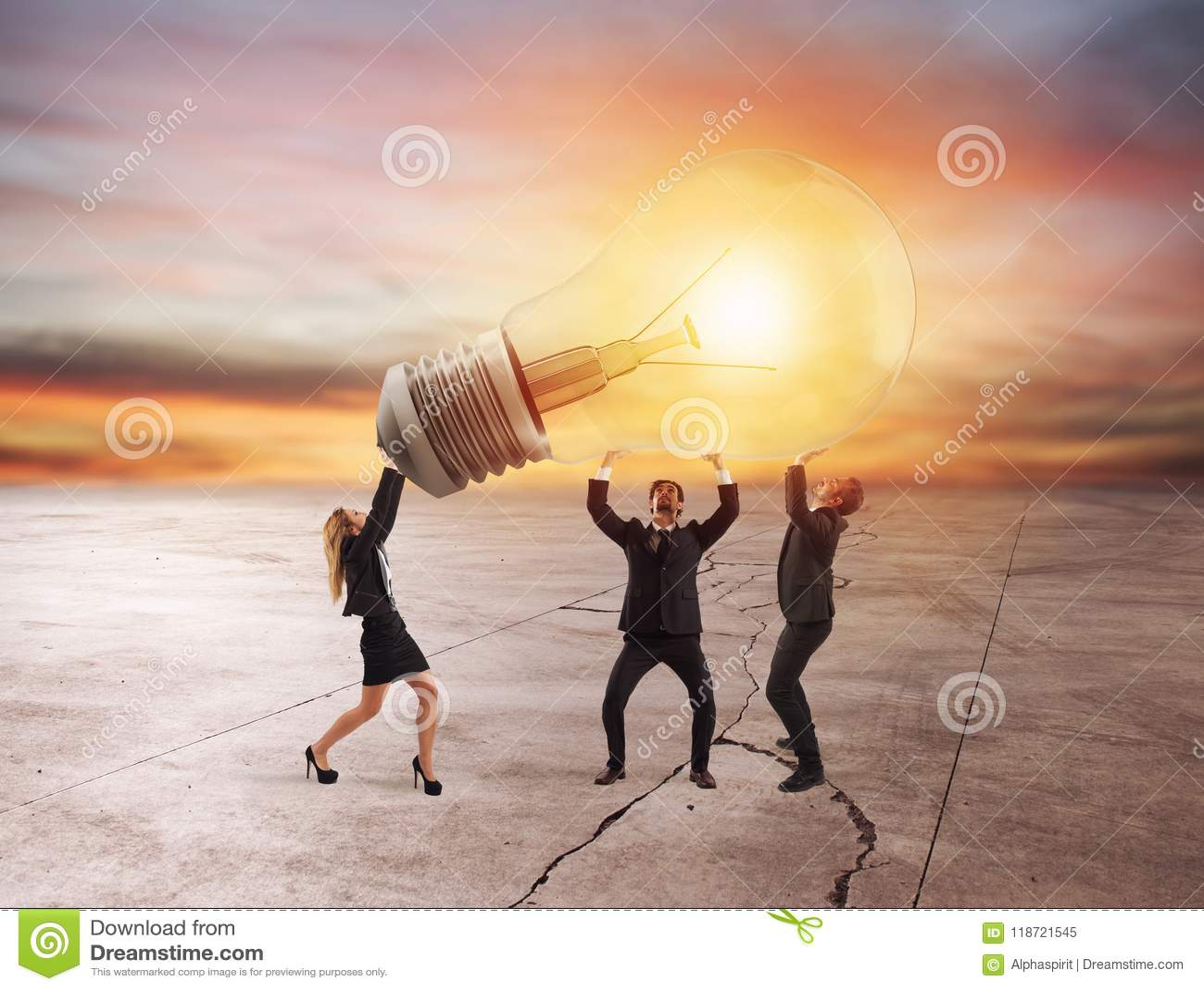 商人拿着一个电灯泡 新的想法和公司起动的概念