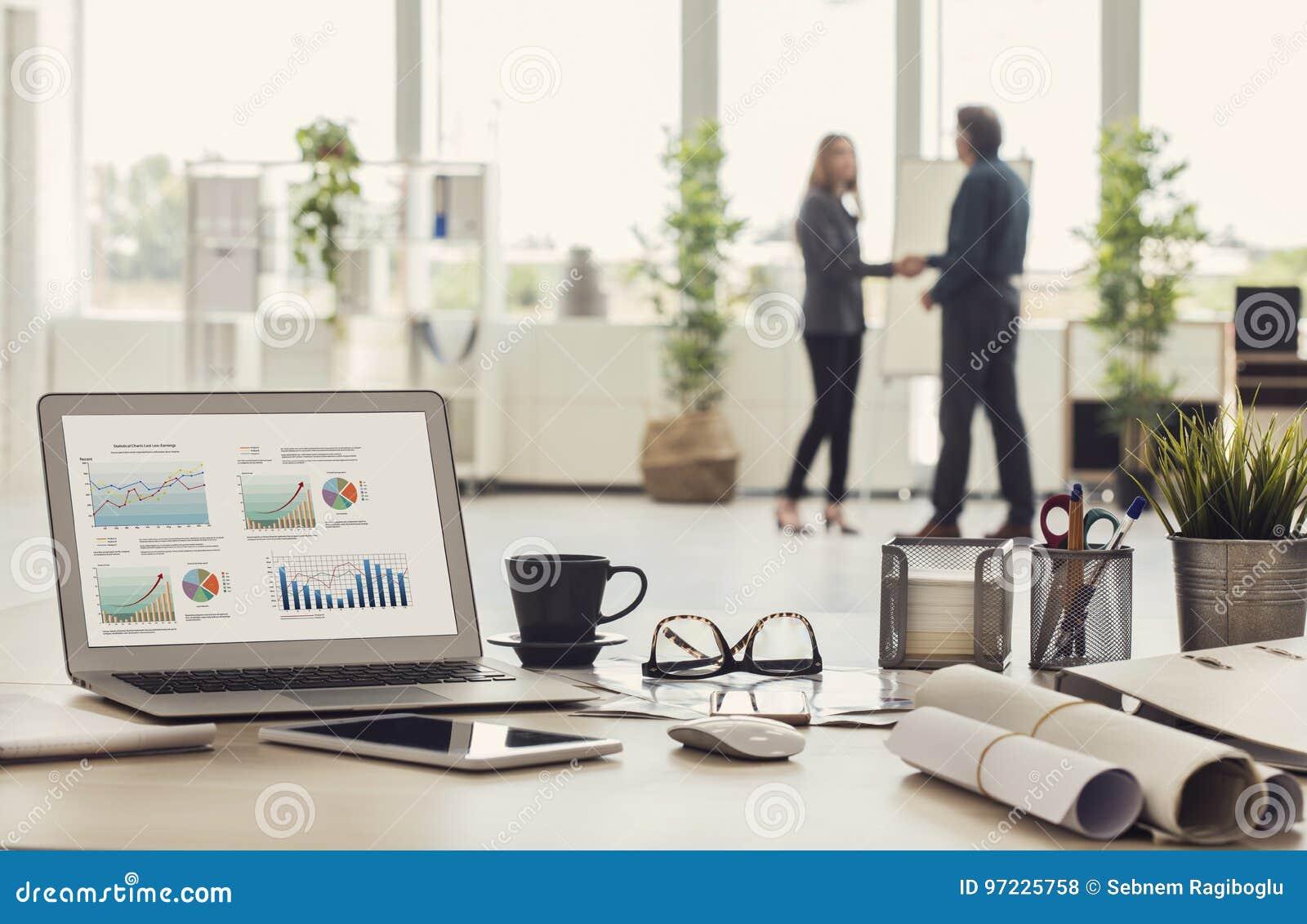商人握手在办公室