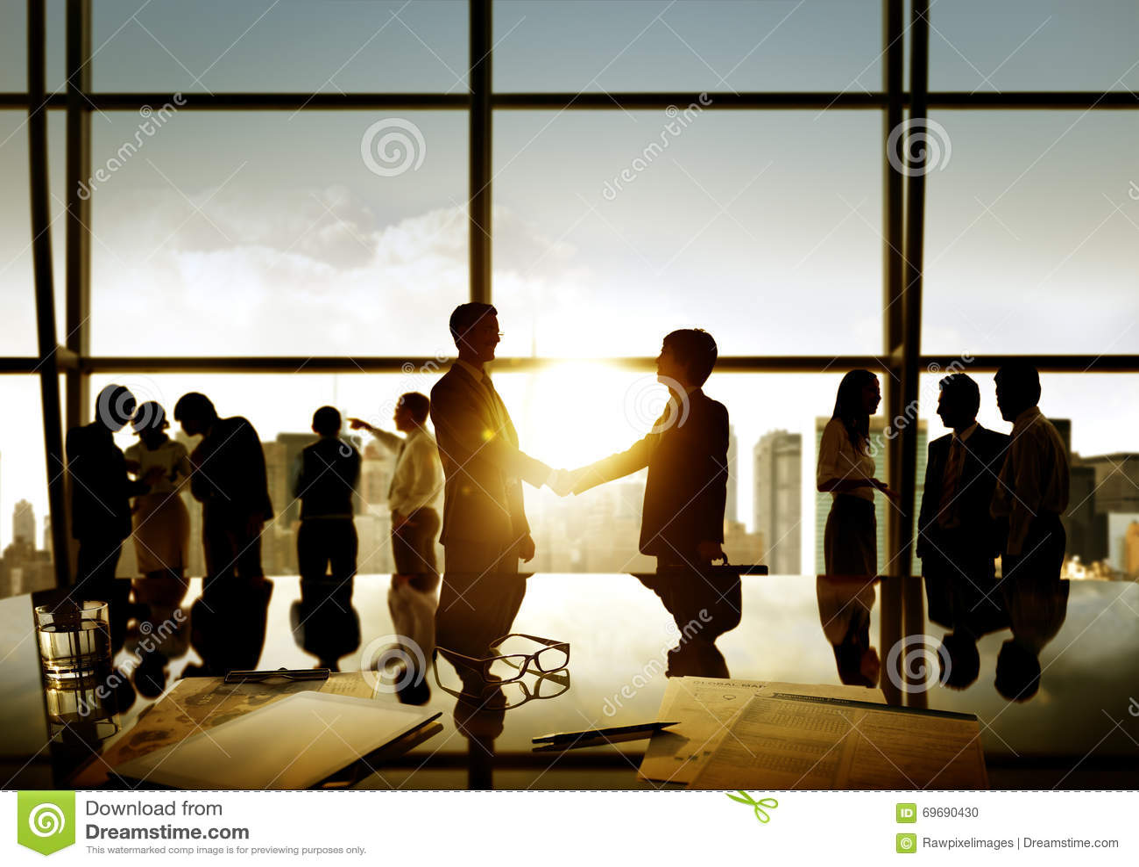商人握手成交企业承诺概念