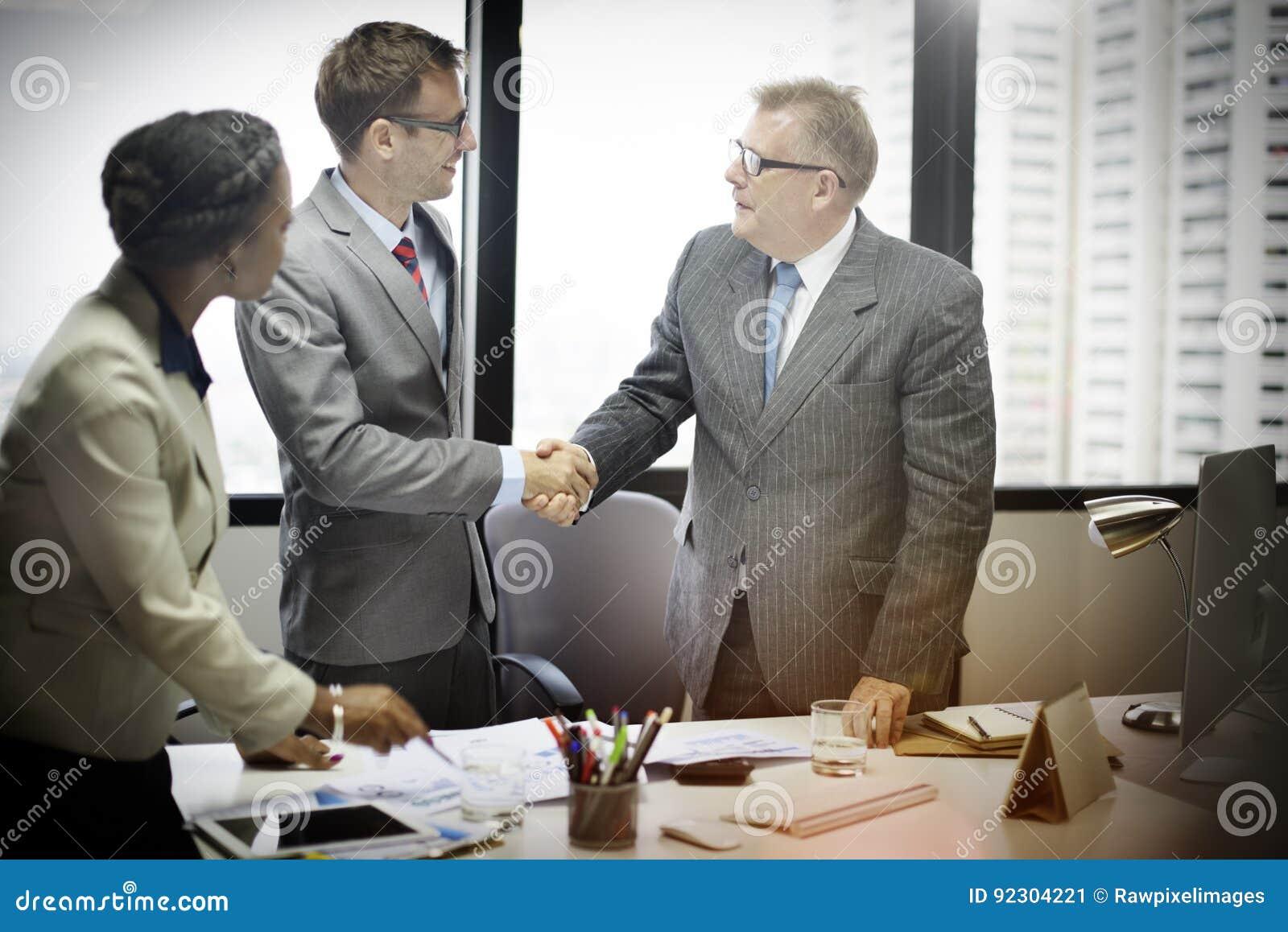 商人握手问候成交概念