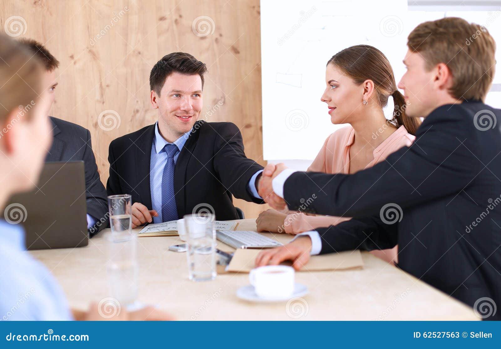 商人握手,坐在桌上